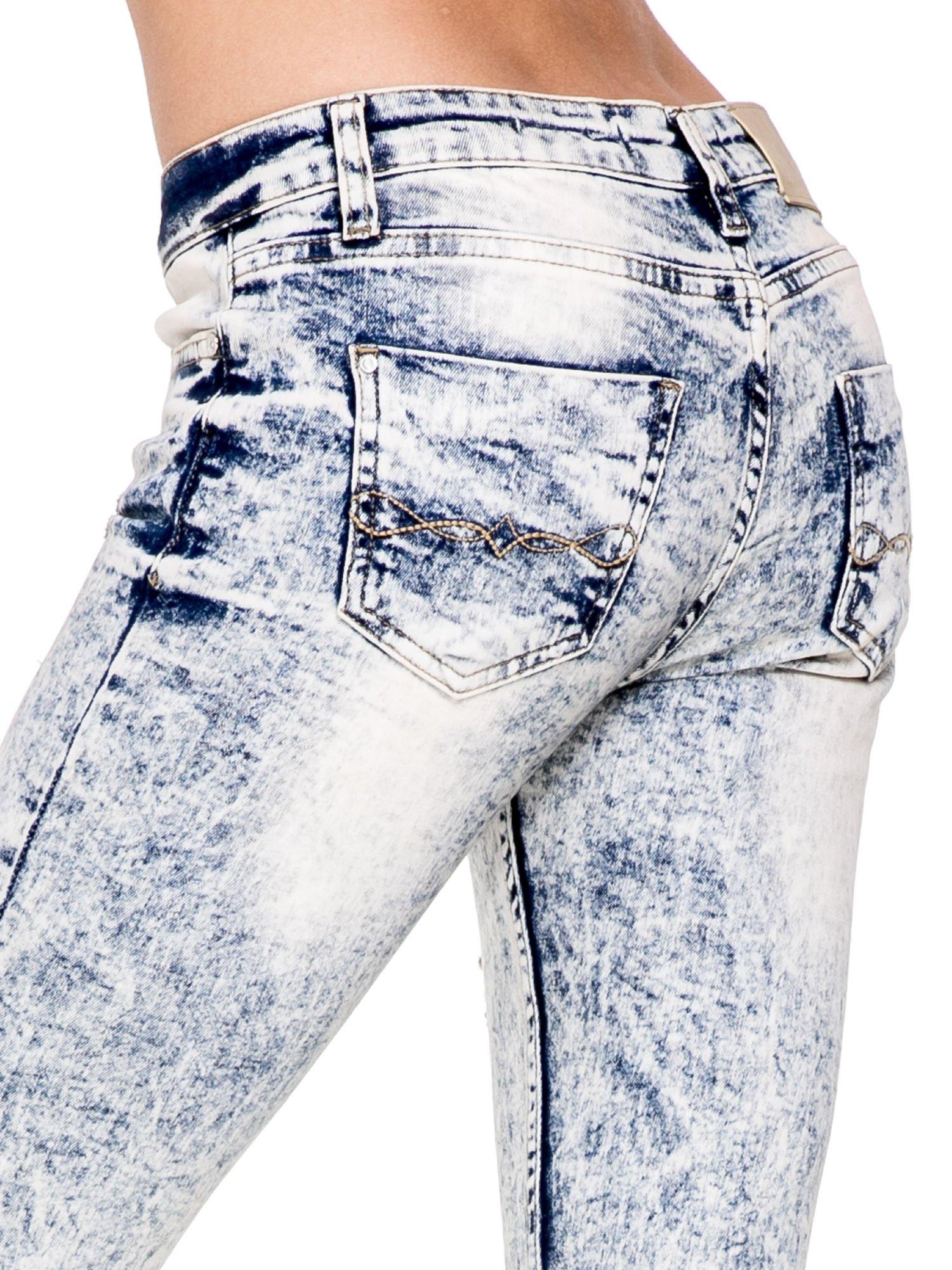 Jasnoniebieskie spodnie skinny jeans z dekatyzowaniem i przetarciami                                  zdj.                                  6