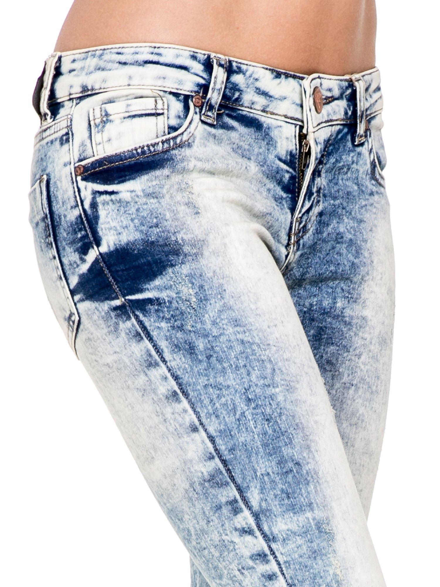 Jasnoniebieskie spodnie skinny jeans z dziurami i modelującym rozjaśnieniem                                  zdj.                                  6