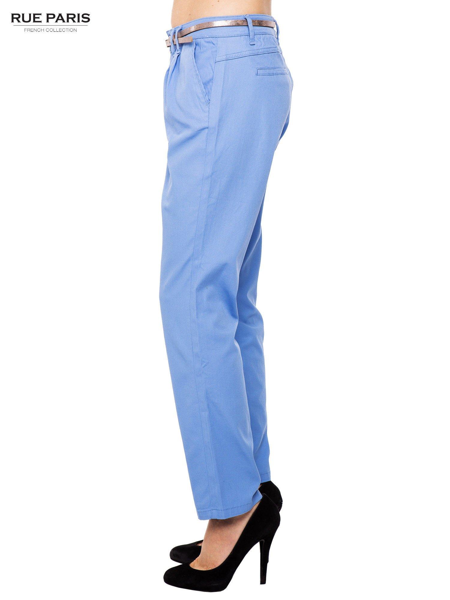 Jasnoniebieskie spodnie z paskiem z lakierowanej skóry                                  zdj.                                  3