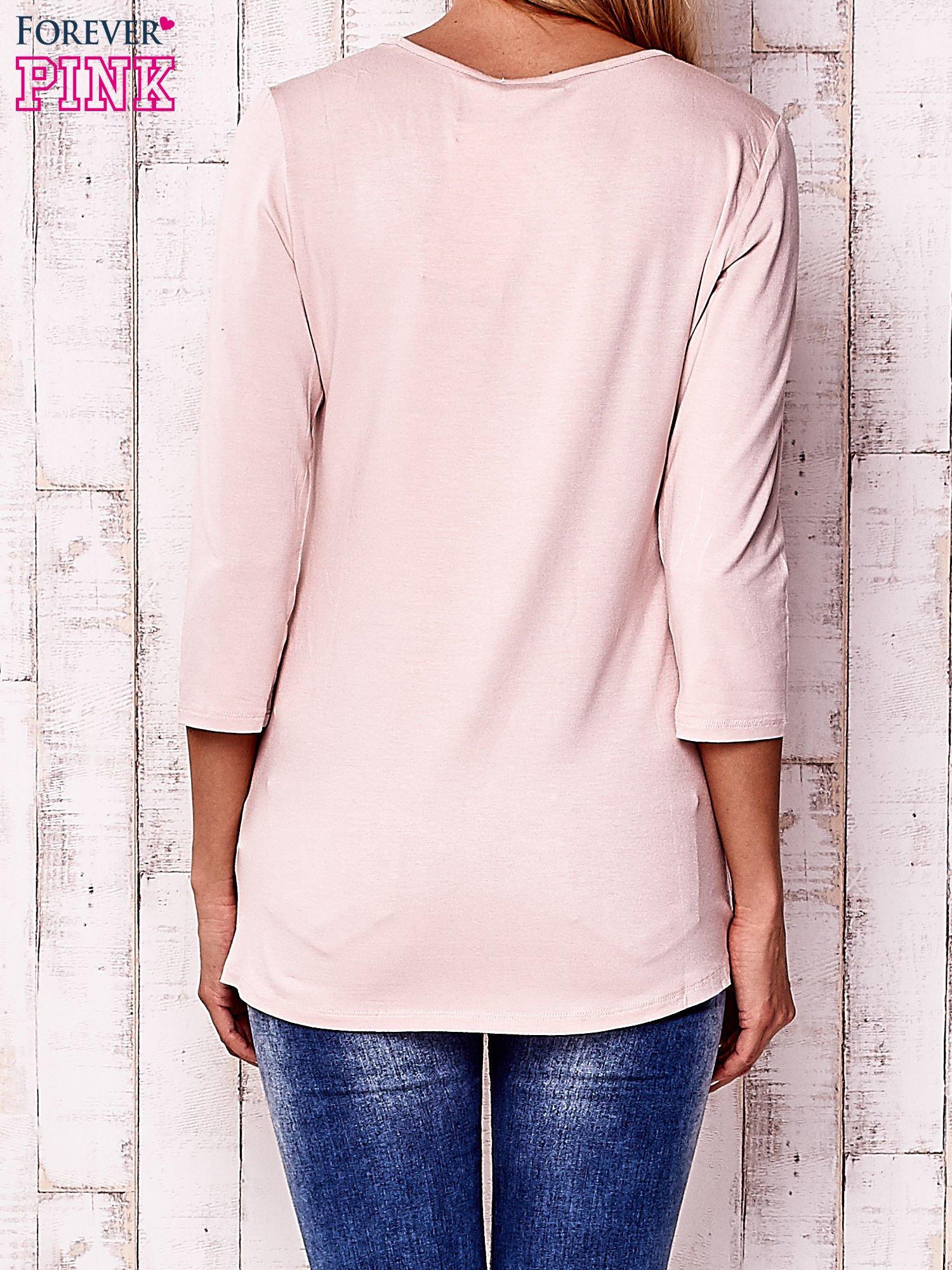 Jasnoróżowa bluzka z ażurowymi wstawkami przy dekolcie                                  zdj.                                  4