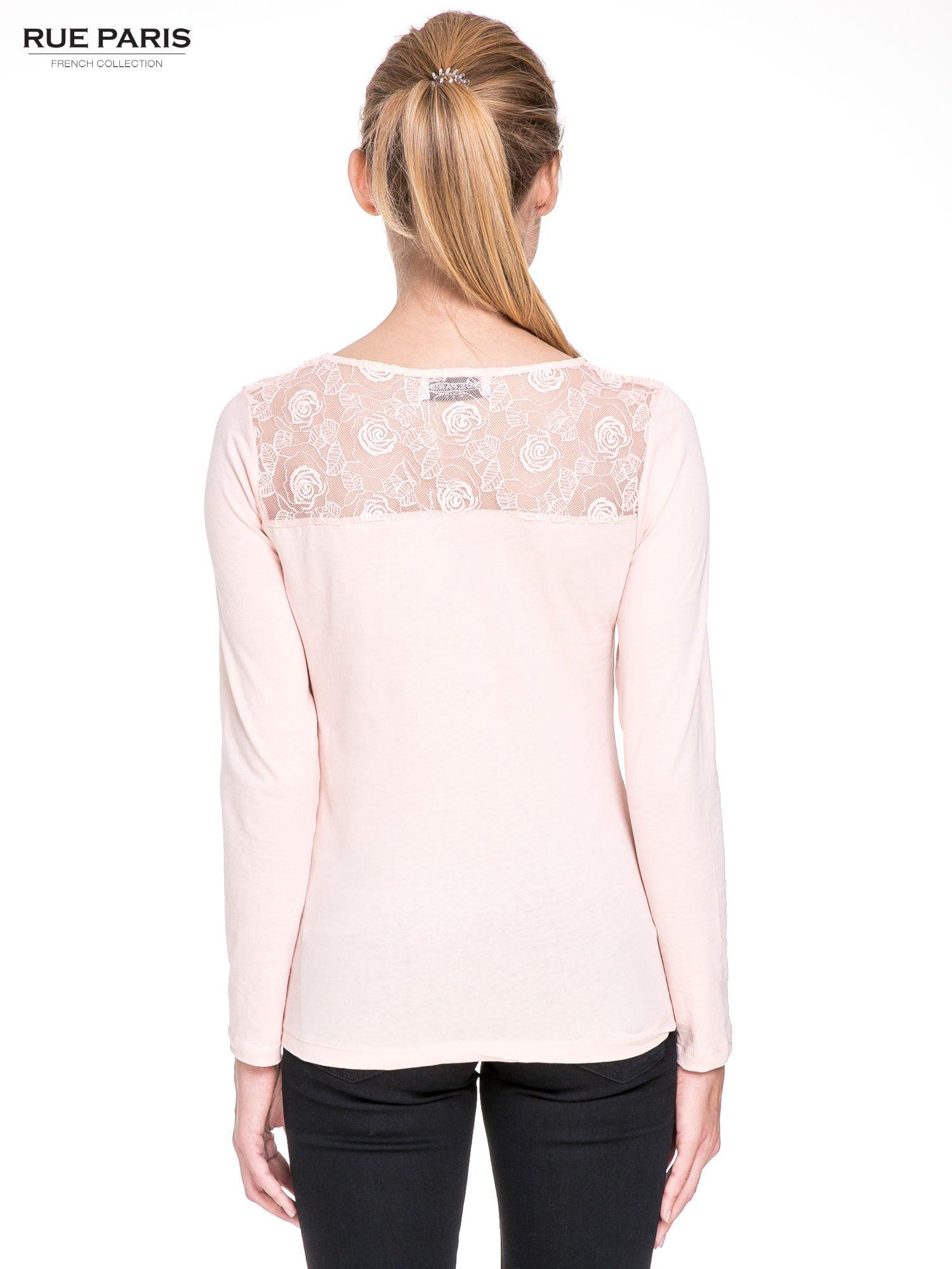 Jasnoróżowa bluzka z karczkiem z koronki w róże                                  zdj.                                  4