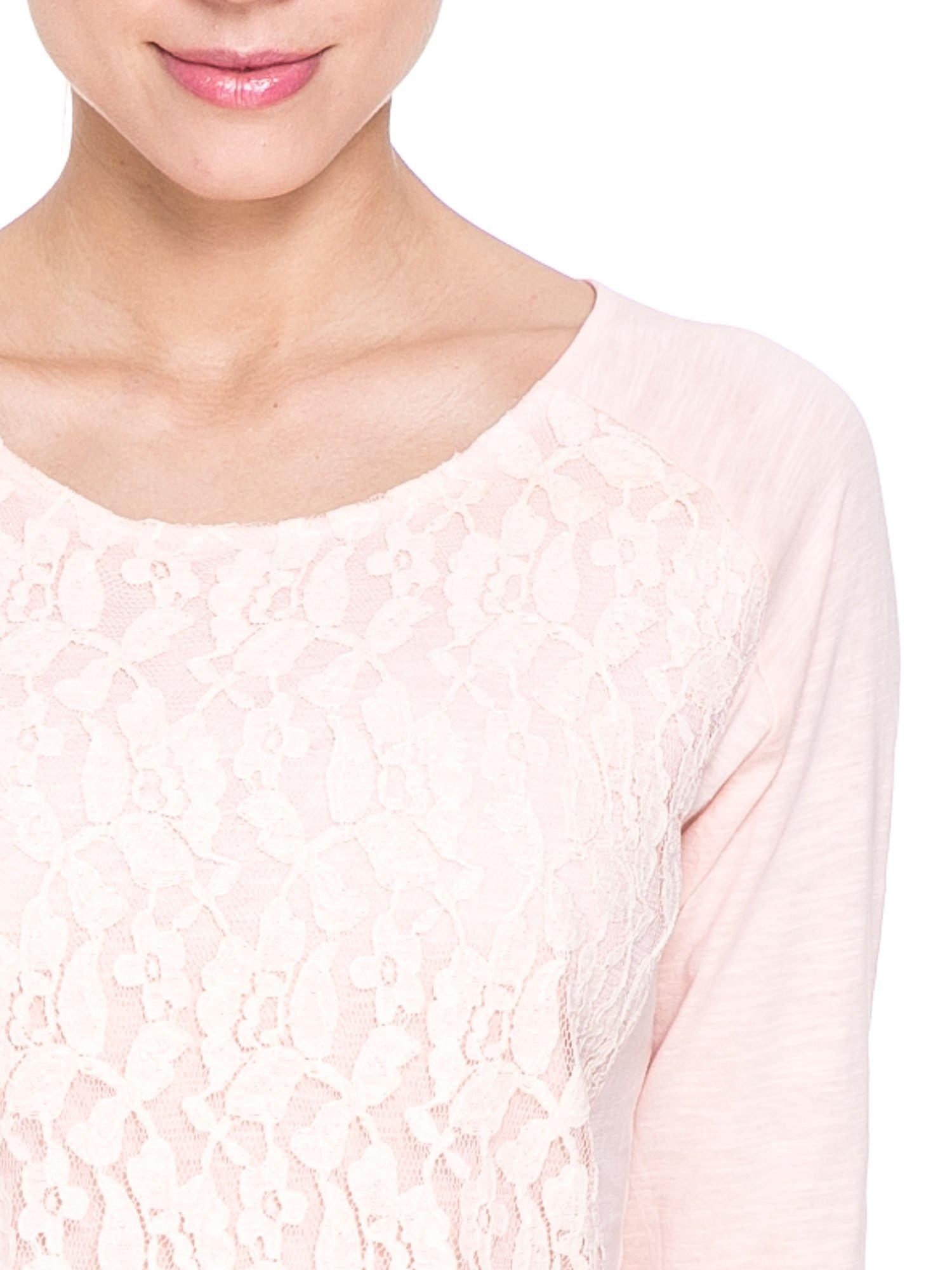 Jasnoróżowa bluzka z koronkowym przodem                                  zdj.                                  5