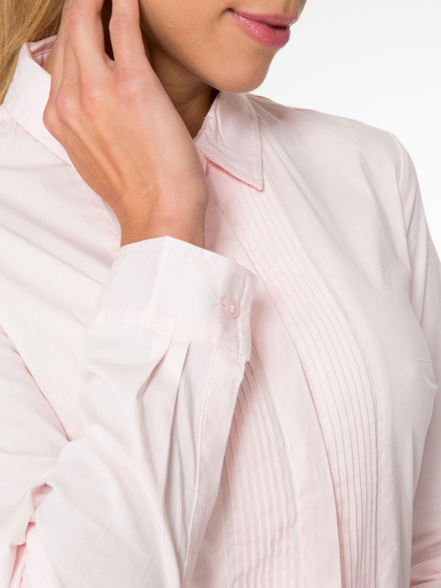 Jasnoróżowa elegancka koszula damska z marszczonym przodem                                  zdj.                                  6