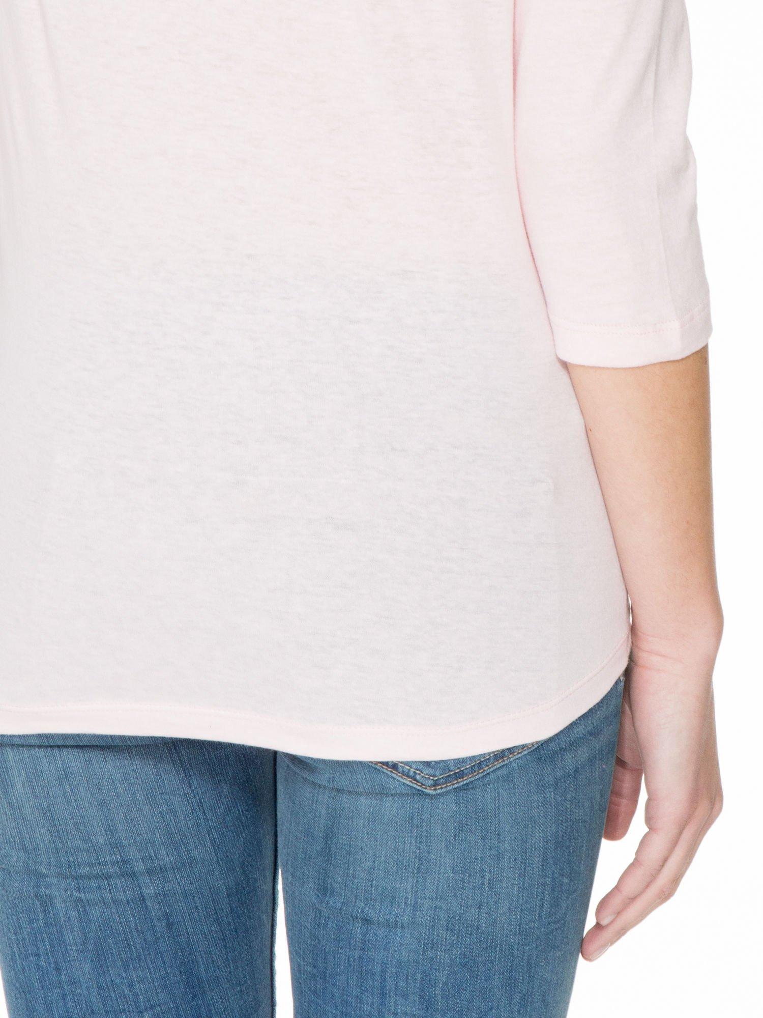 Jasnoróżowa gładka bluzka z łezką z tyłu                                  zdj.                                  6
