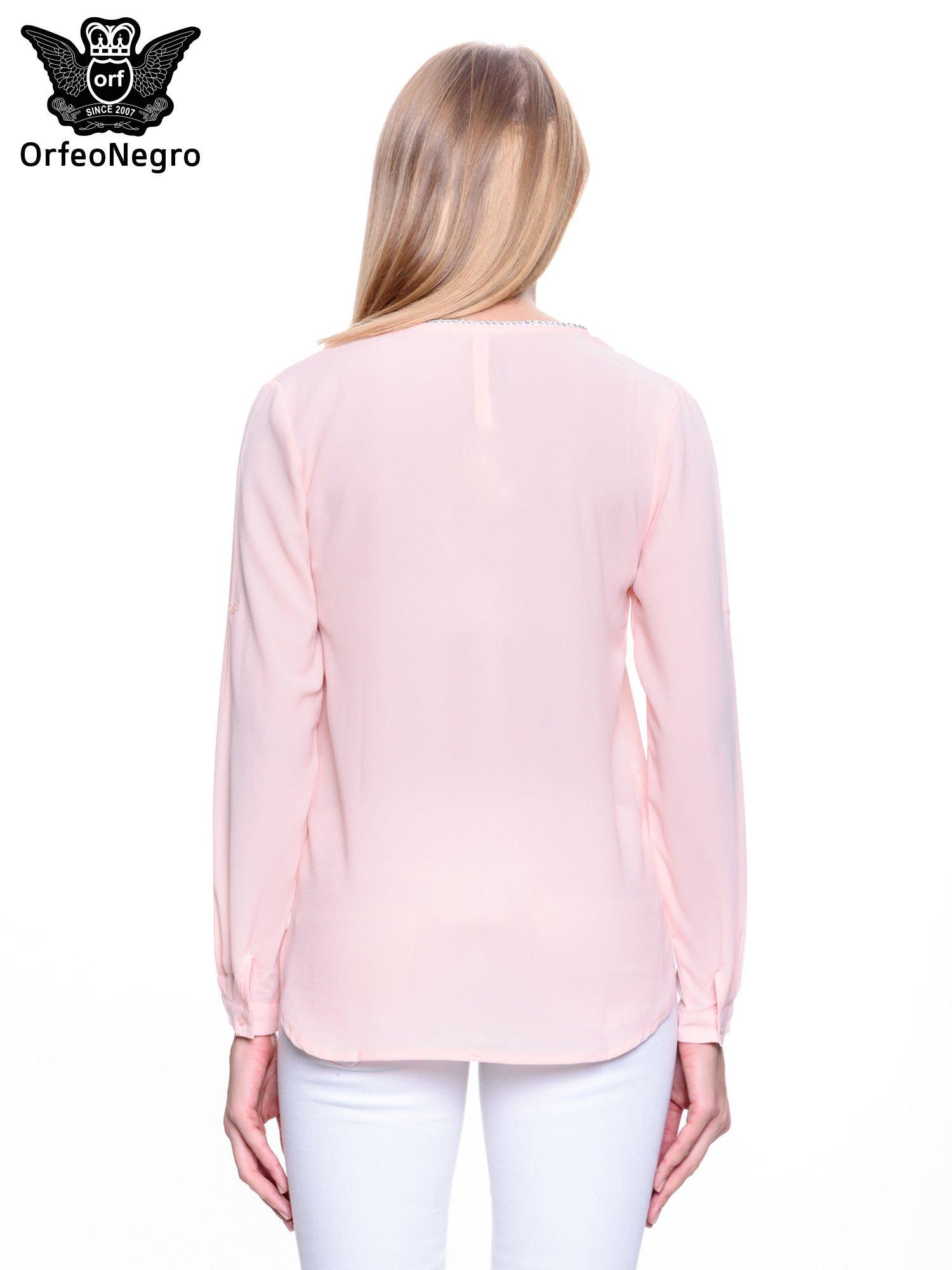 Jasnoróżowa koszula z ażurową lamówką                                  zdj.                                  4