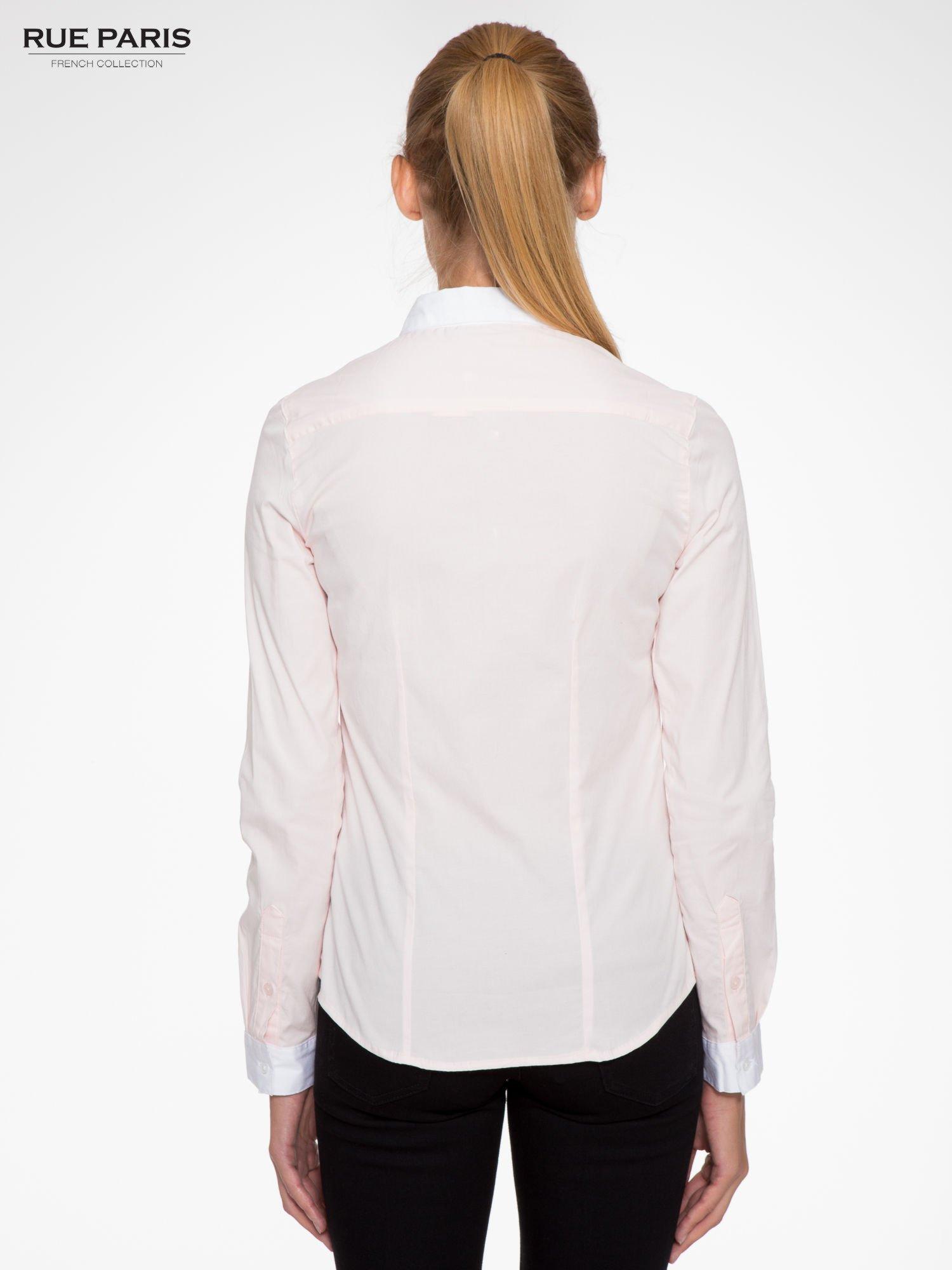 Jasnoróżowa koszula z białym kołnierzykiem i mankietami                                  zdj.                                  4