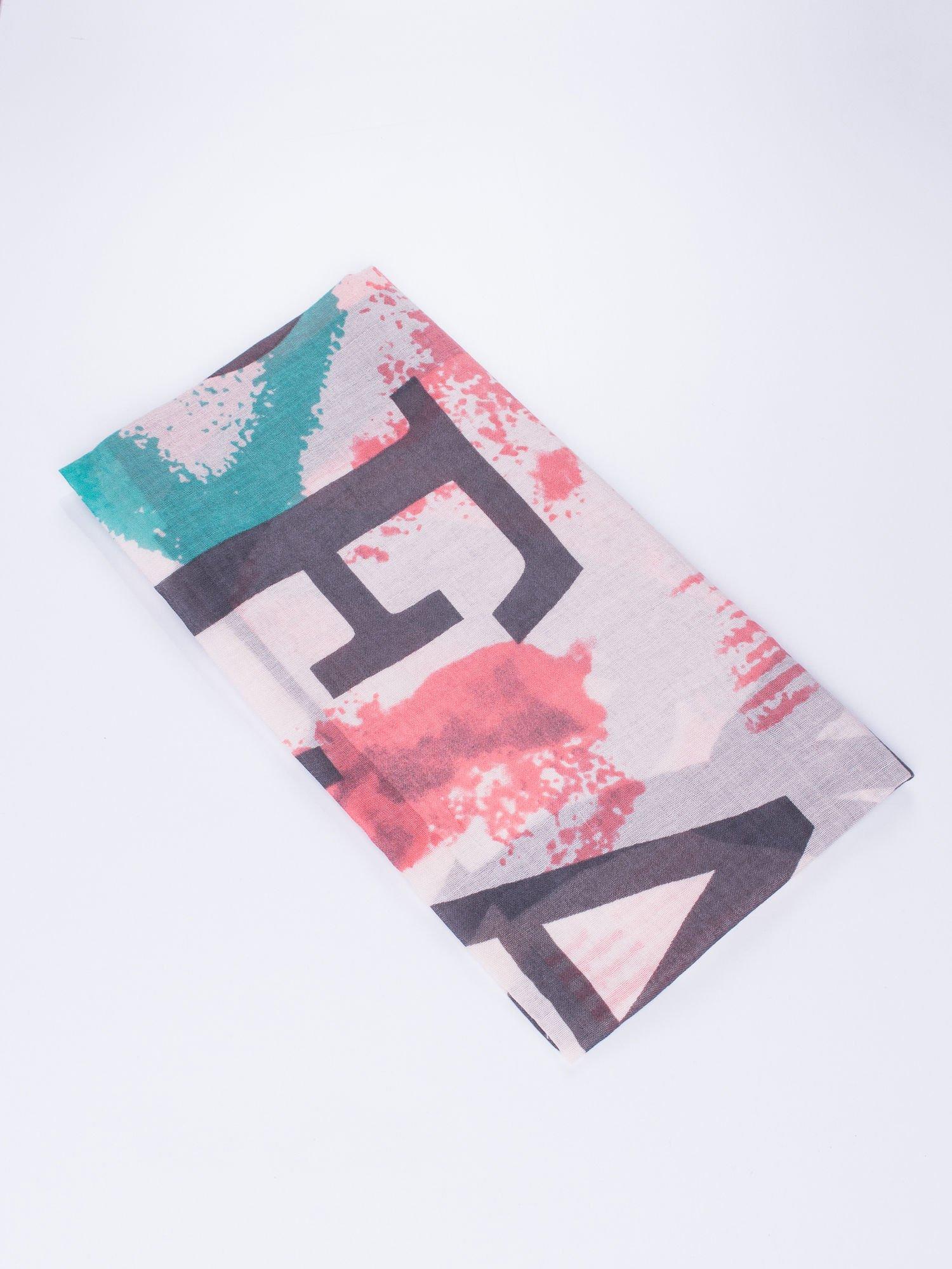 Jasnoróżowa kwadratowa chusta w literowy wzór i ciapki                                  zdj.                                  2