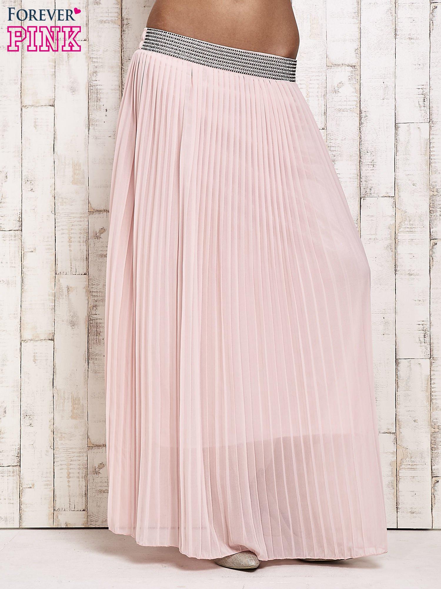 Jasnoróżowa spódnica maxi plisowana z dżetami w pasie                                  zdj.                                  1