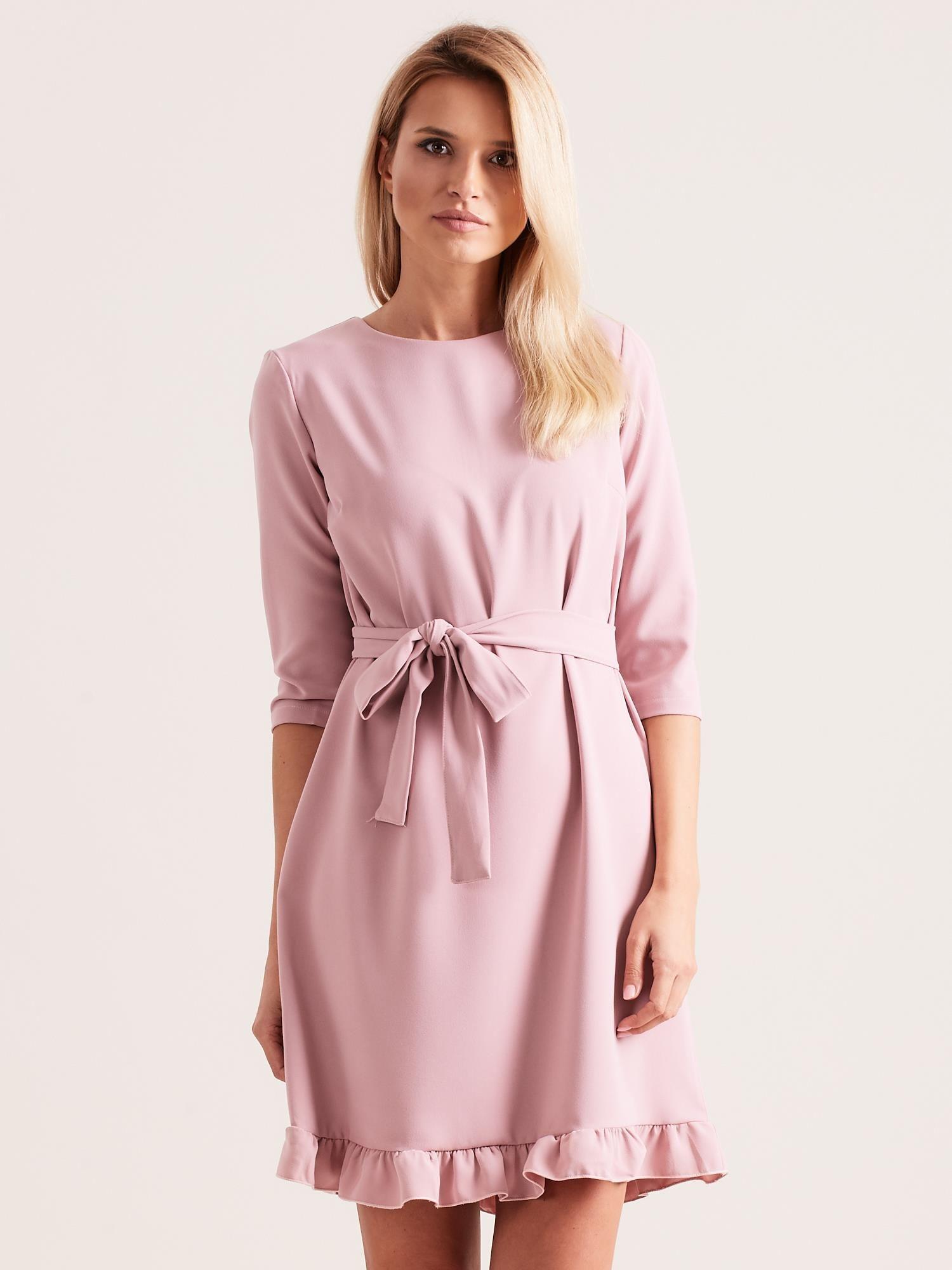 bda67201 Jasnoróżowa sukienka z wiązaniem i falbanami