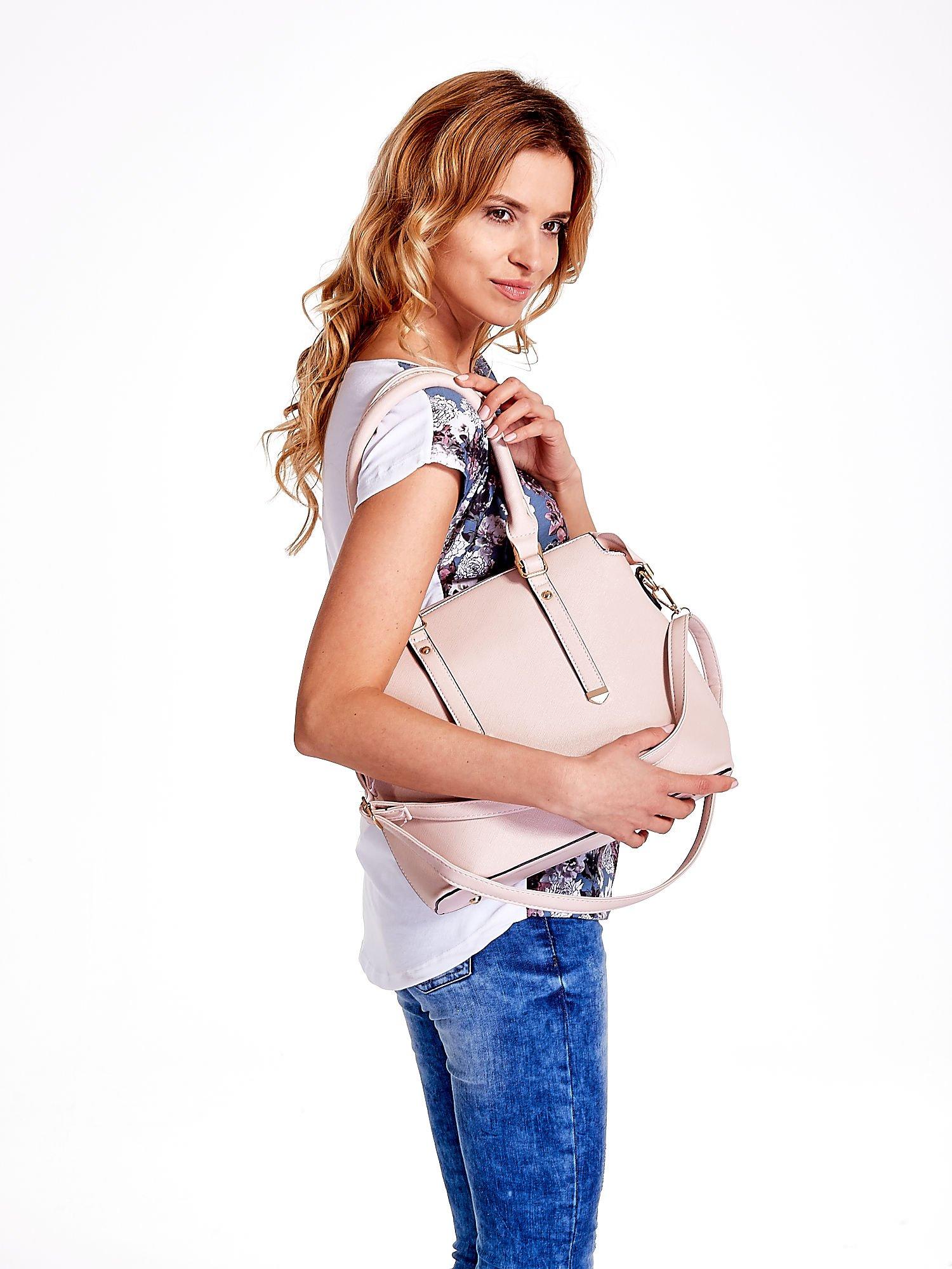 Jasnoróżowa torba na ramię z ozdobnymi detalami                                   zdj.                                  6