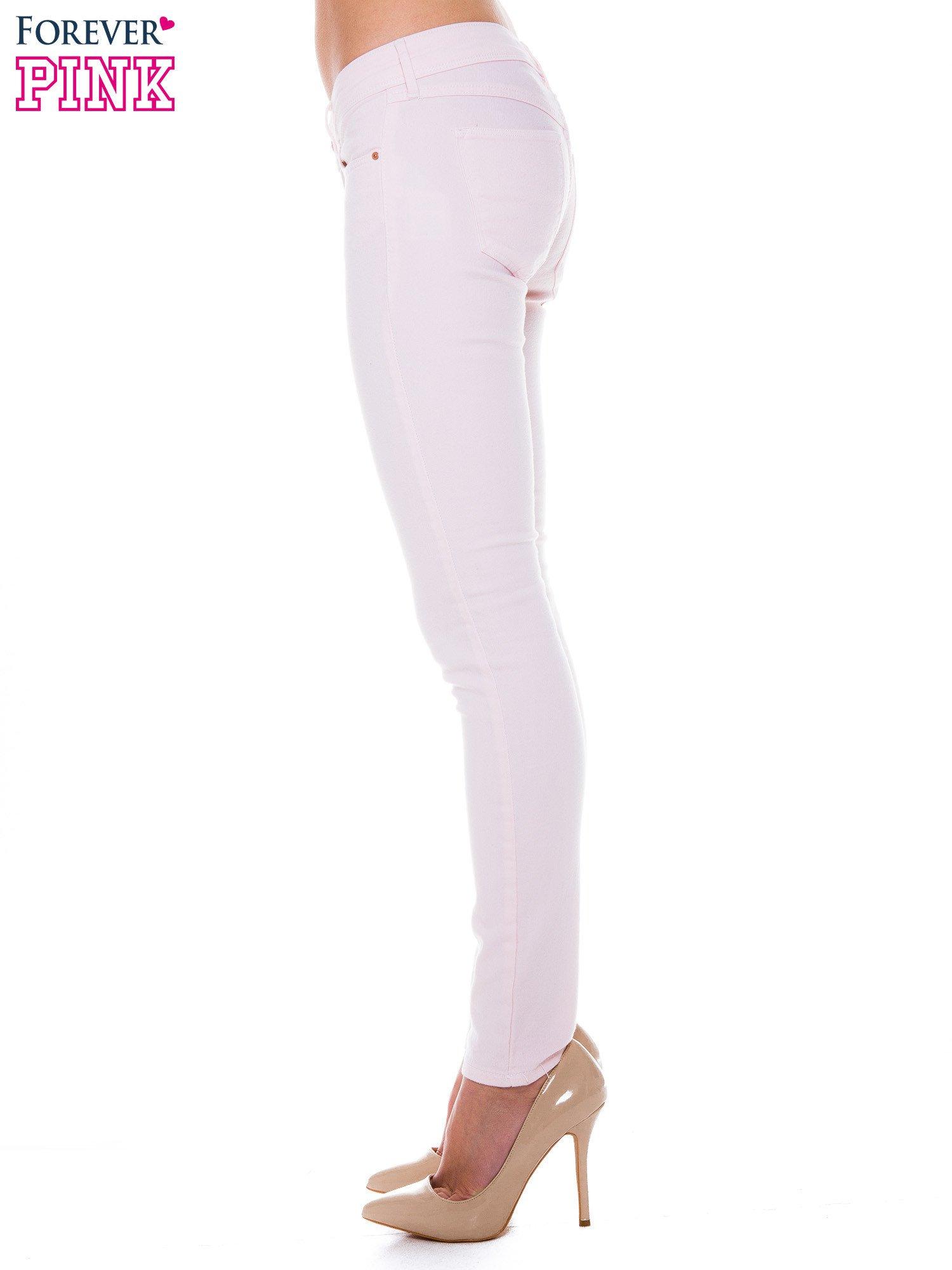 Jasnoróżowe spodnie jeansowe typu rurki                                  zdj.                                  3