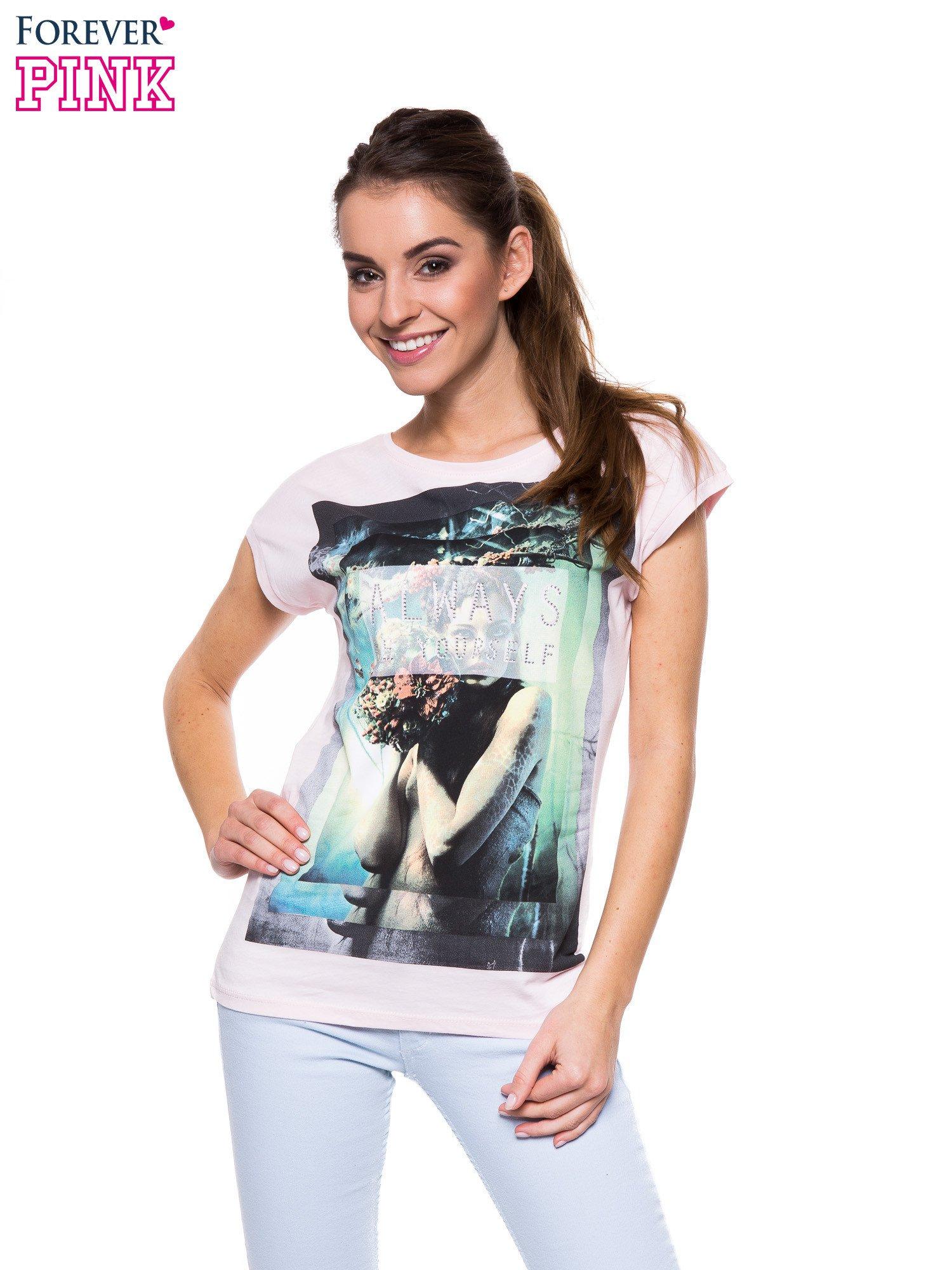Jasnoróżowy t-shirt z dużym nadrukiem                                  zdj.                                  1