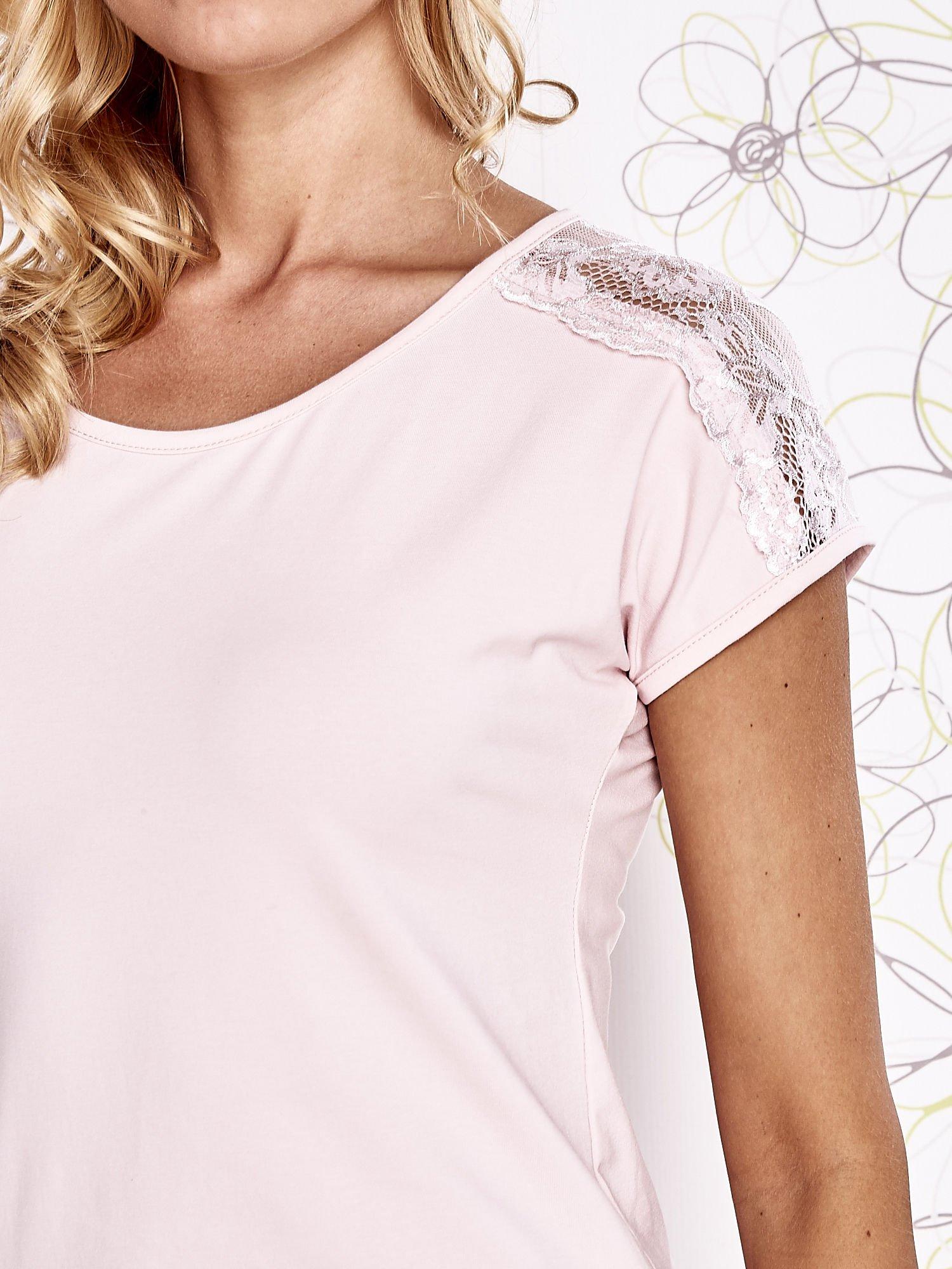 Jasnoróżowy t-shirt z koronkowym wykończeniem rękawów                                  zdj.                                  5