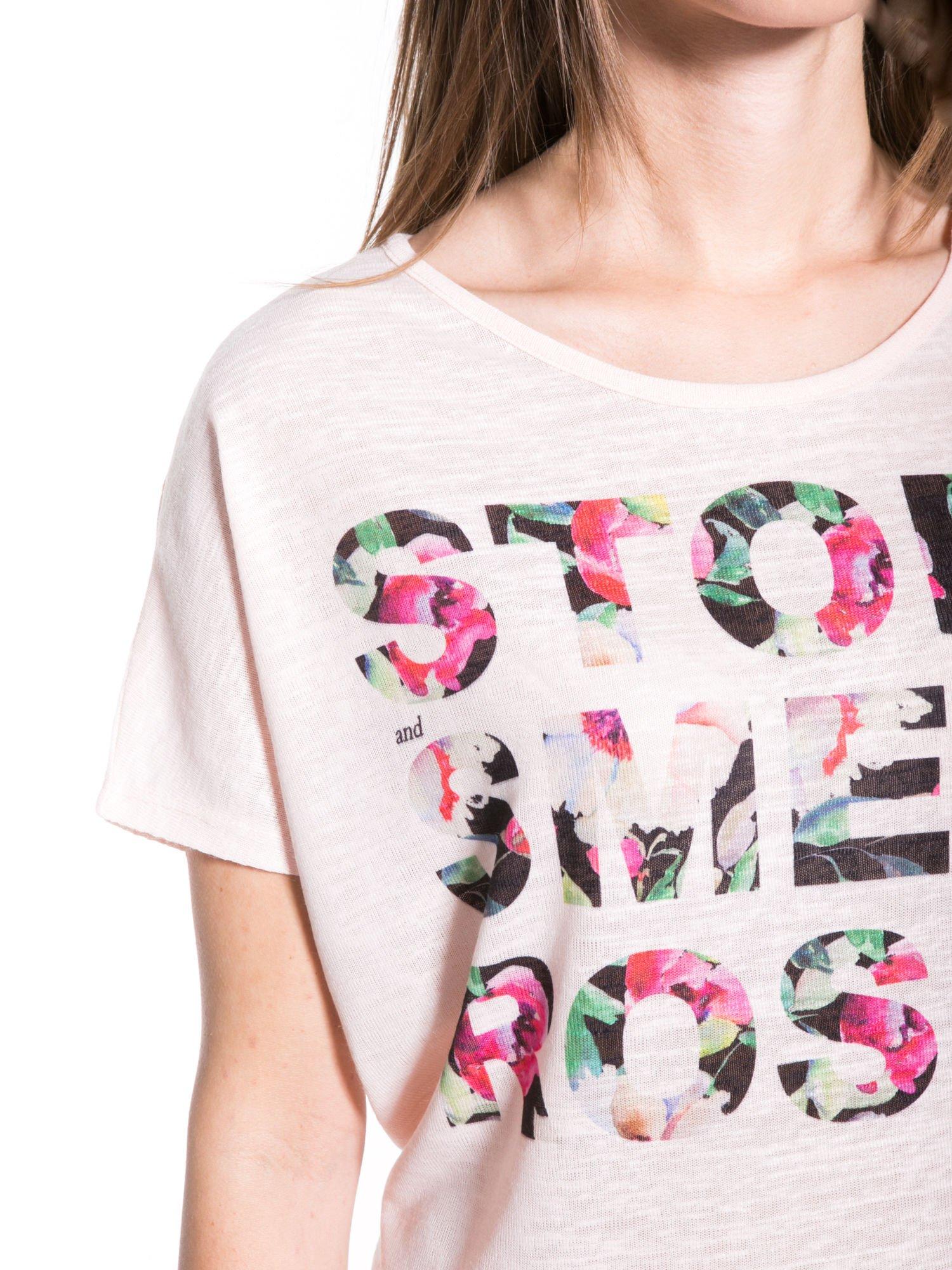 Jasnoróżowy t-shirt z kwiatowym napisem STOP SMELL ROSES                                  zdj.                                  6