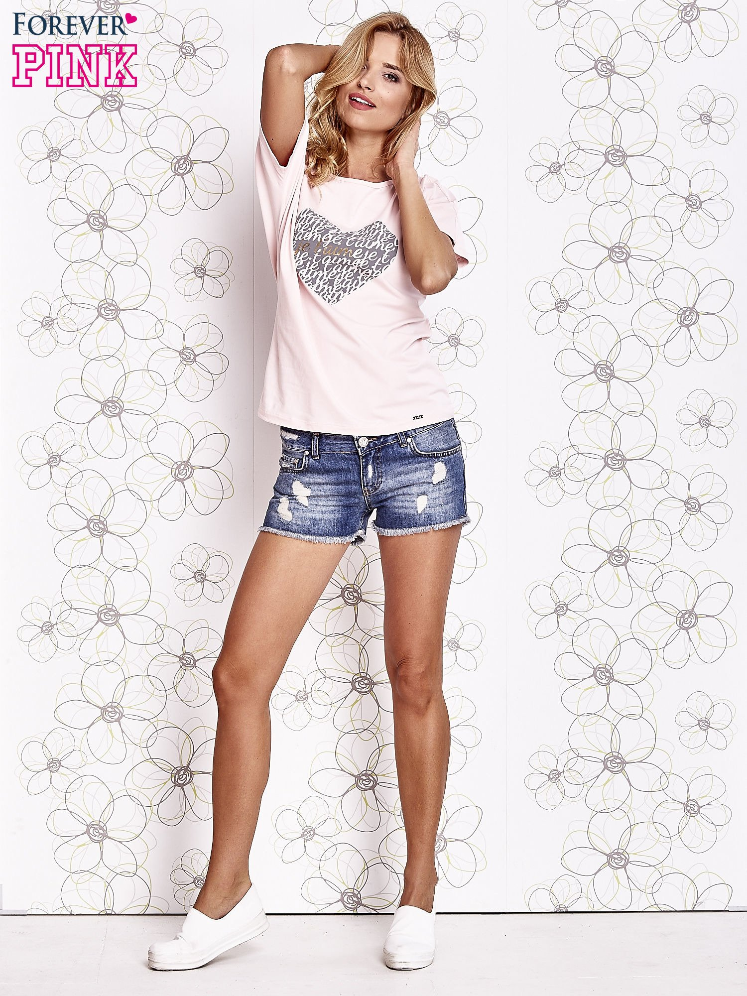 Jasnoróżowy t-shirt z napisem JE T'AIME i dekoltem na plecach                                  zdj.                                  2