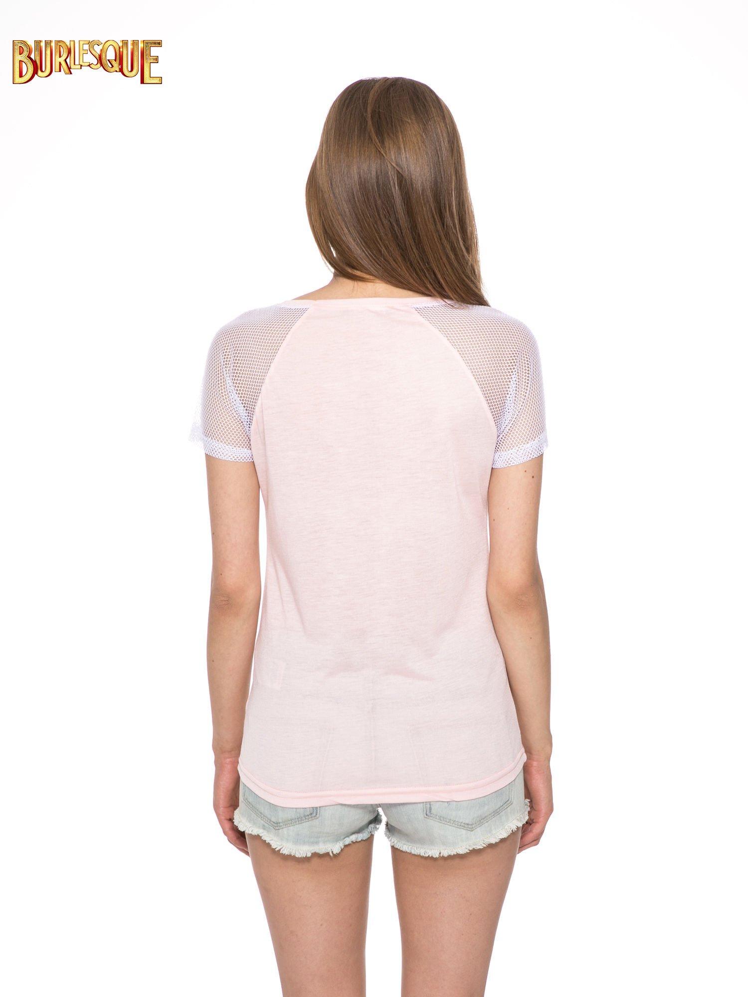 Jasnoróżowy t-shirt z napisem i siateczkowymi rękawami                                  zdj.                                  4