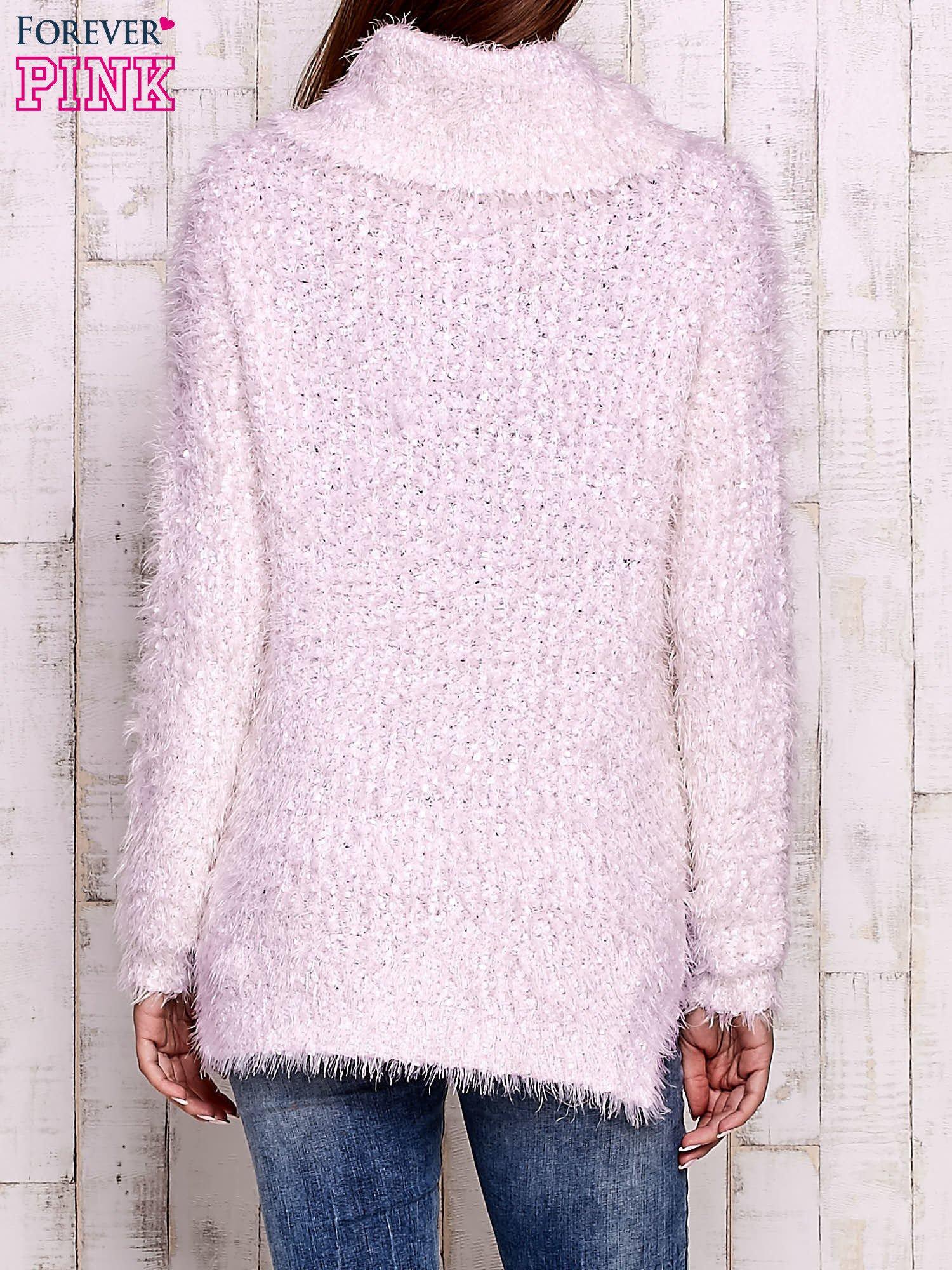 Jasnoróżowy włochaty sweter z golfem                                  zdj.                                  2