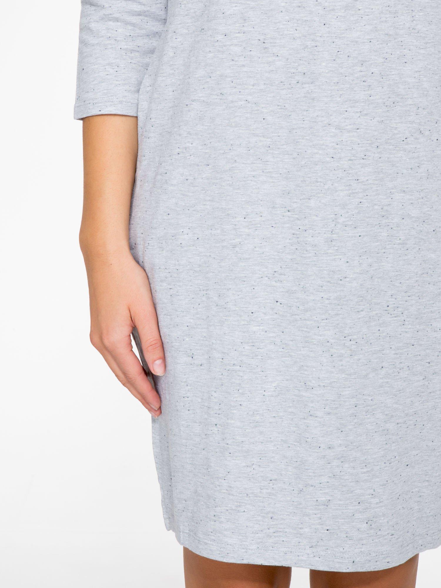 Jasnoszara dresowa sukienka z kieszeniami po bokach                                  zdj.                                  7