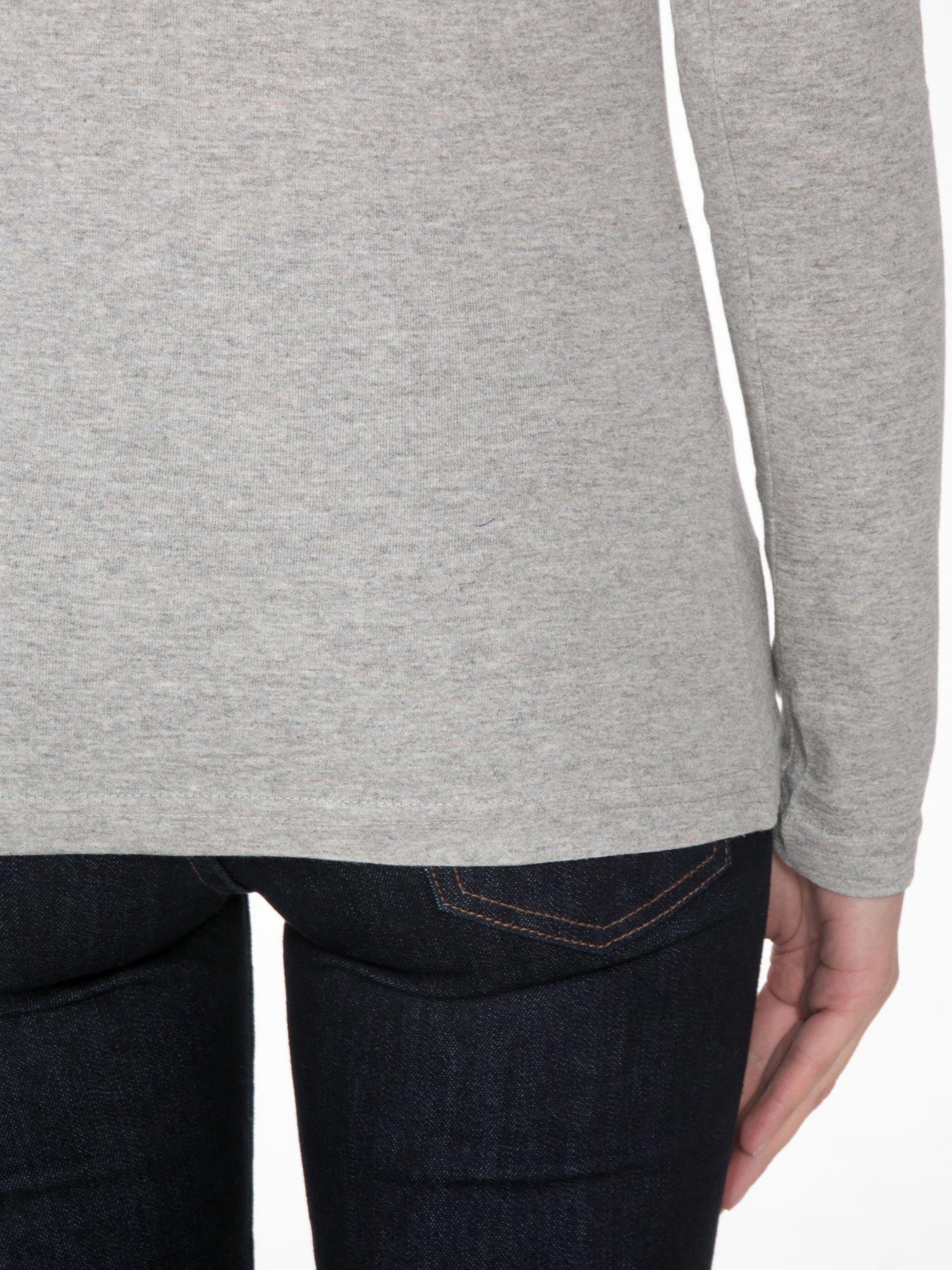 Jasnoszara melanżowa bluzka z reglanowymi rękawami                                  zdj.                                  8
