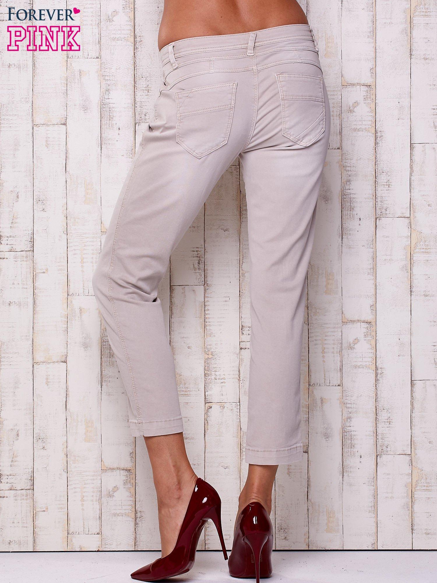 Jasnoszare materiałowe spodnie z przeszyciem                                  zdj.                                  2