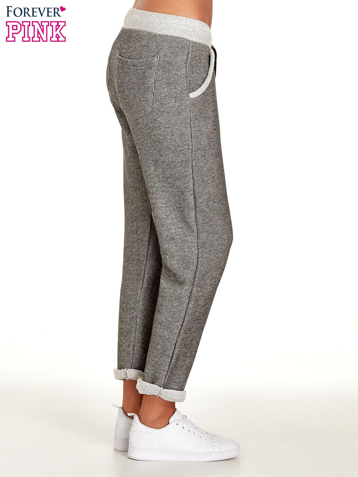 Jasnoszare melanżowe spodnie dresowe w stylu casual                                  zdj.                                  3