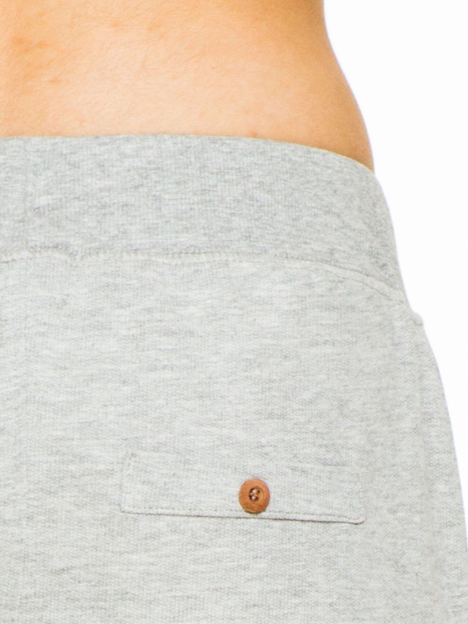 Jasnoszare spodnie dresowe z guzikami wiązane w pasie                                  zdj.                                  5