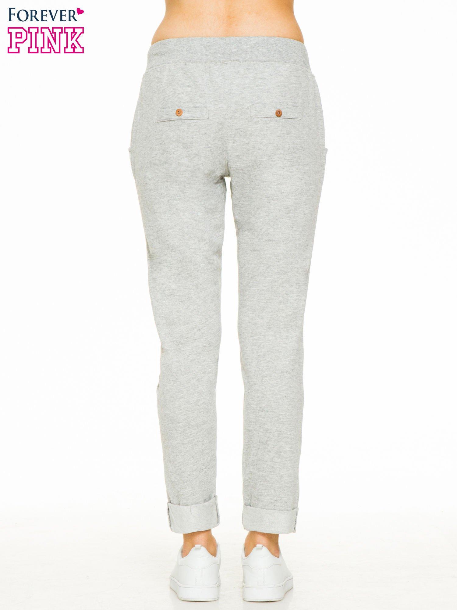 Jasnoszare spodnie dresowe z guzikami wiązane w pasie                                  zdj.                                  4
