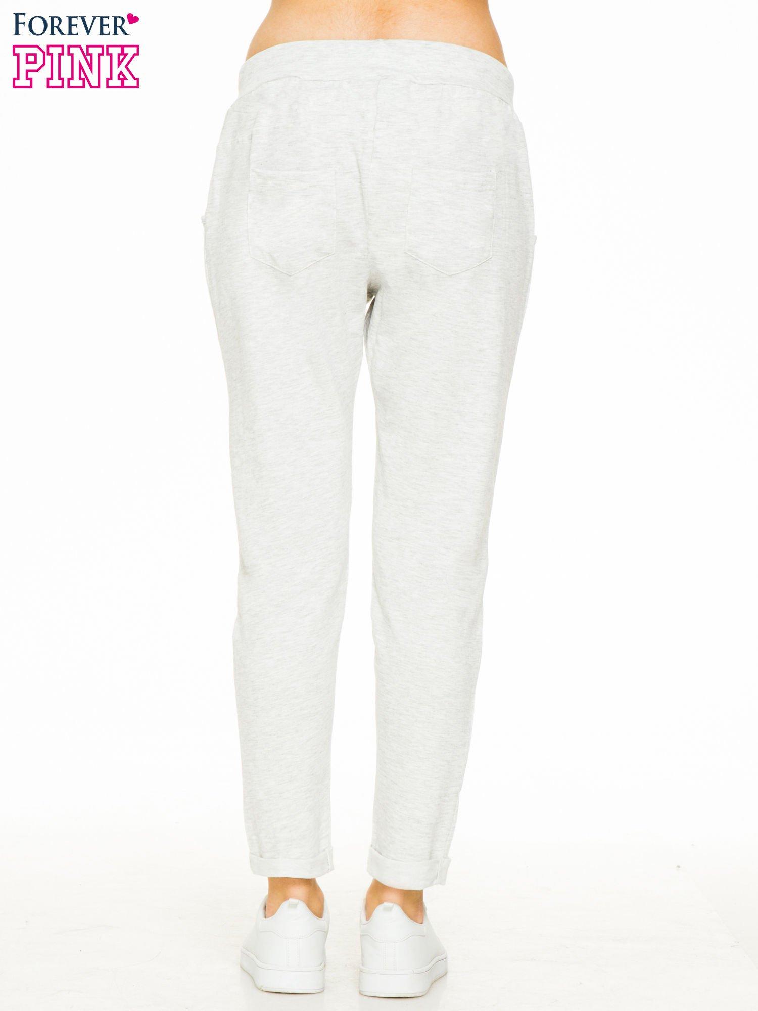 Jasnoszare spodnie dresowe z wywijanymi nogawkami                                  zdj.                                  2