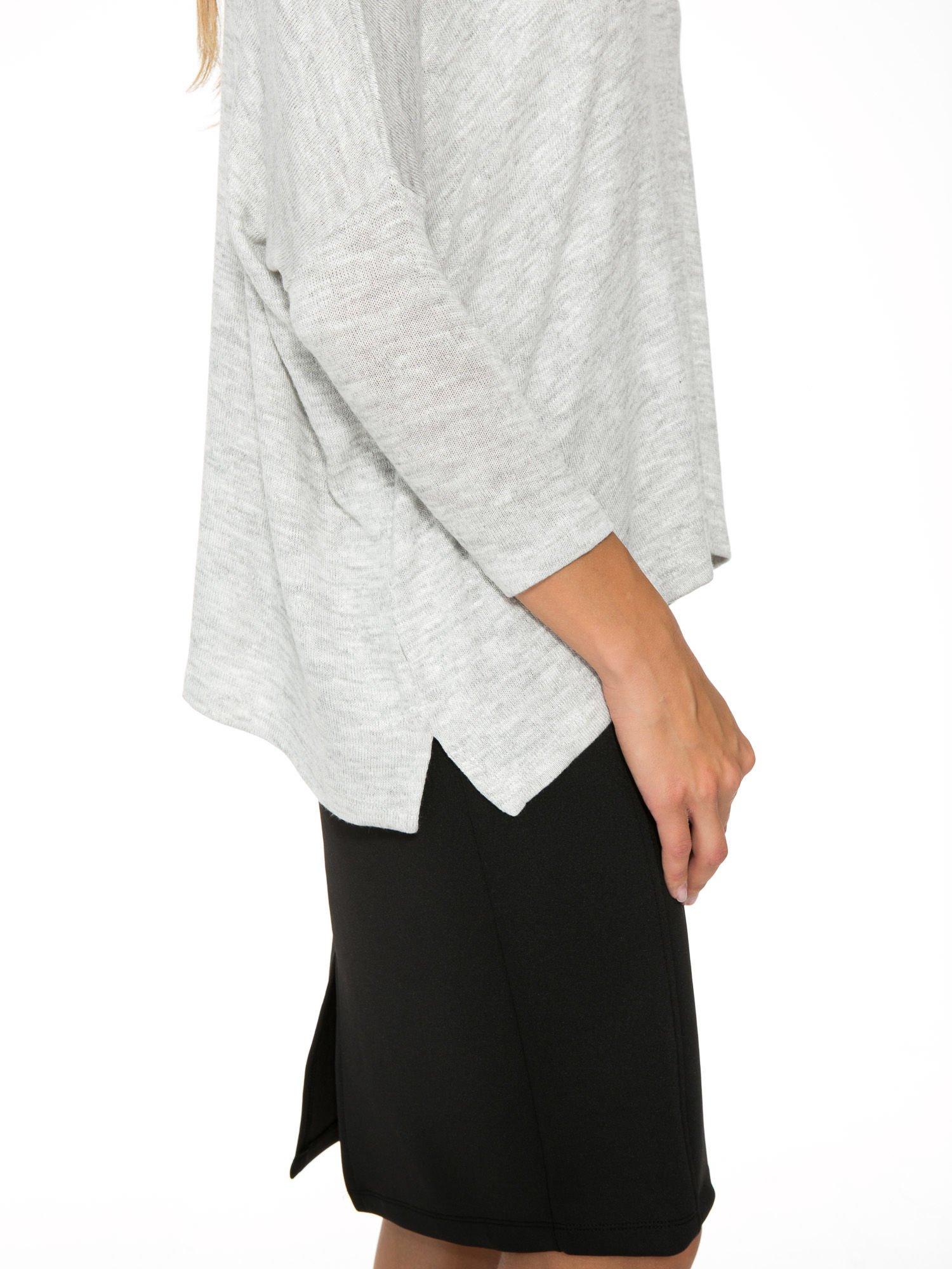Jasnoszary melanżowy sweter oversize o obniżonej linii ramion z rozporkami po bokach                                  zdj.                                  9