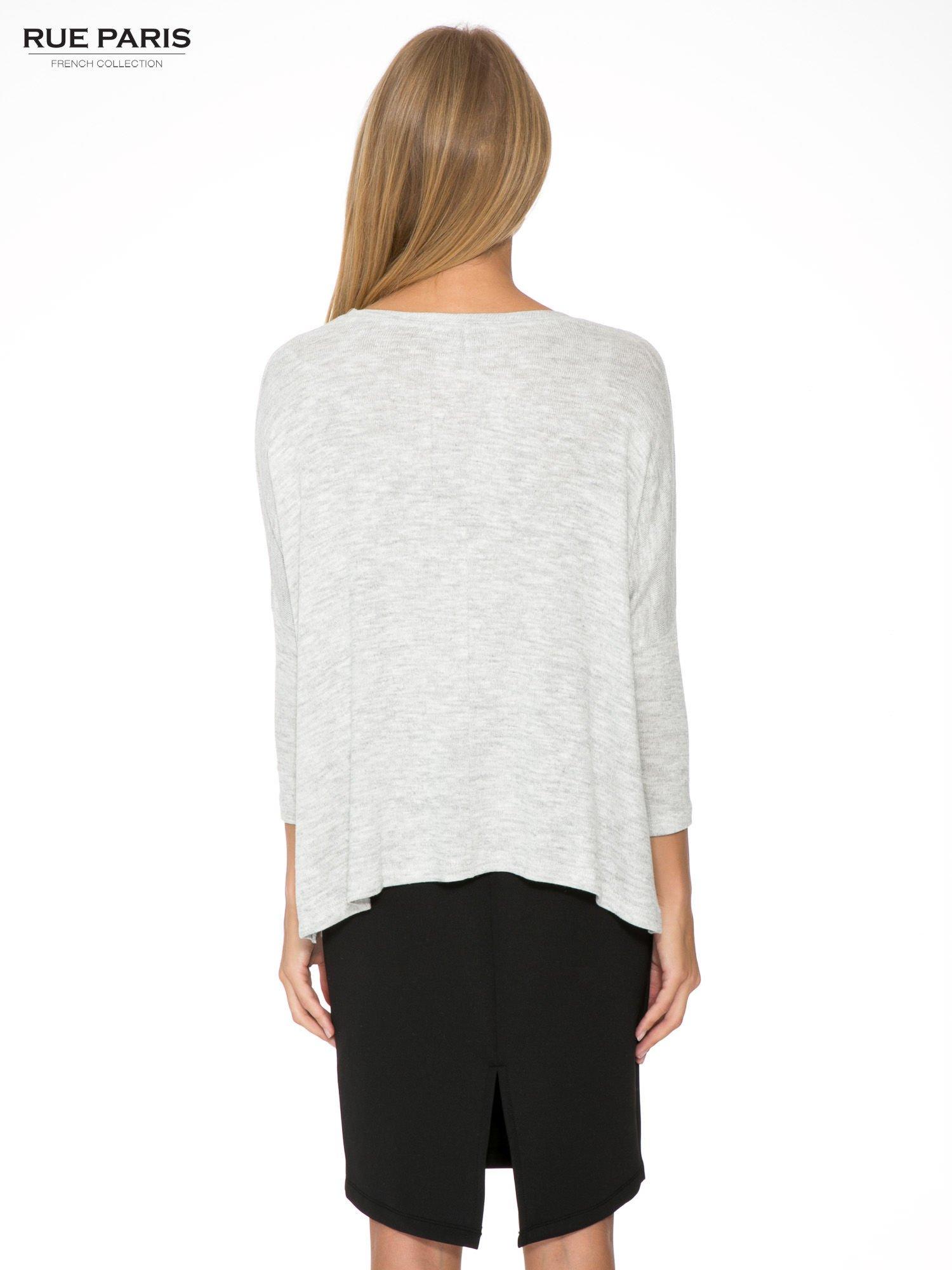 Jasnoszary melanżowy sweter oversize o obniżonej linii ramion z rozporkami po bokach                                  zdj.                                  2