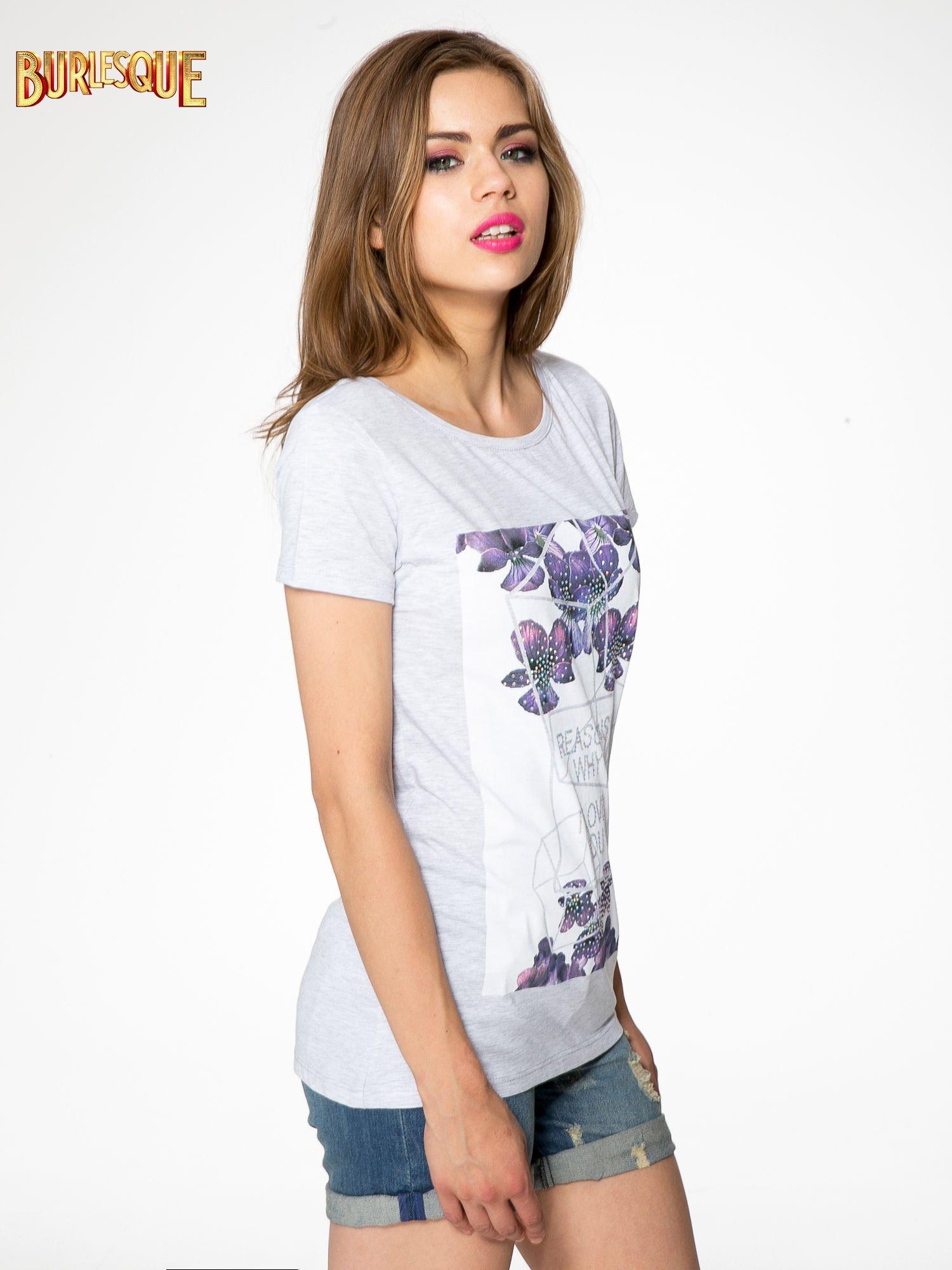 Jasnoszary t-shirt z kwiatowym nadrukiem zdobionym dżetami                                  zdj.                                  3