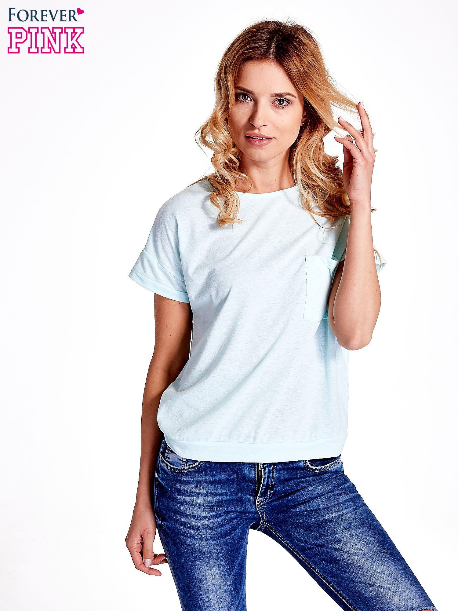 Jasnoturkusowy t-shirt z kieszonką                                  zdj.                                  1