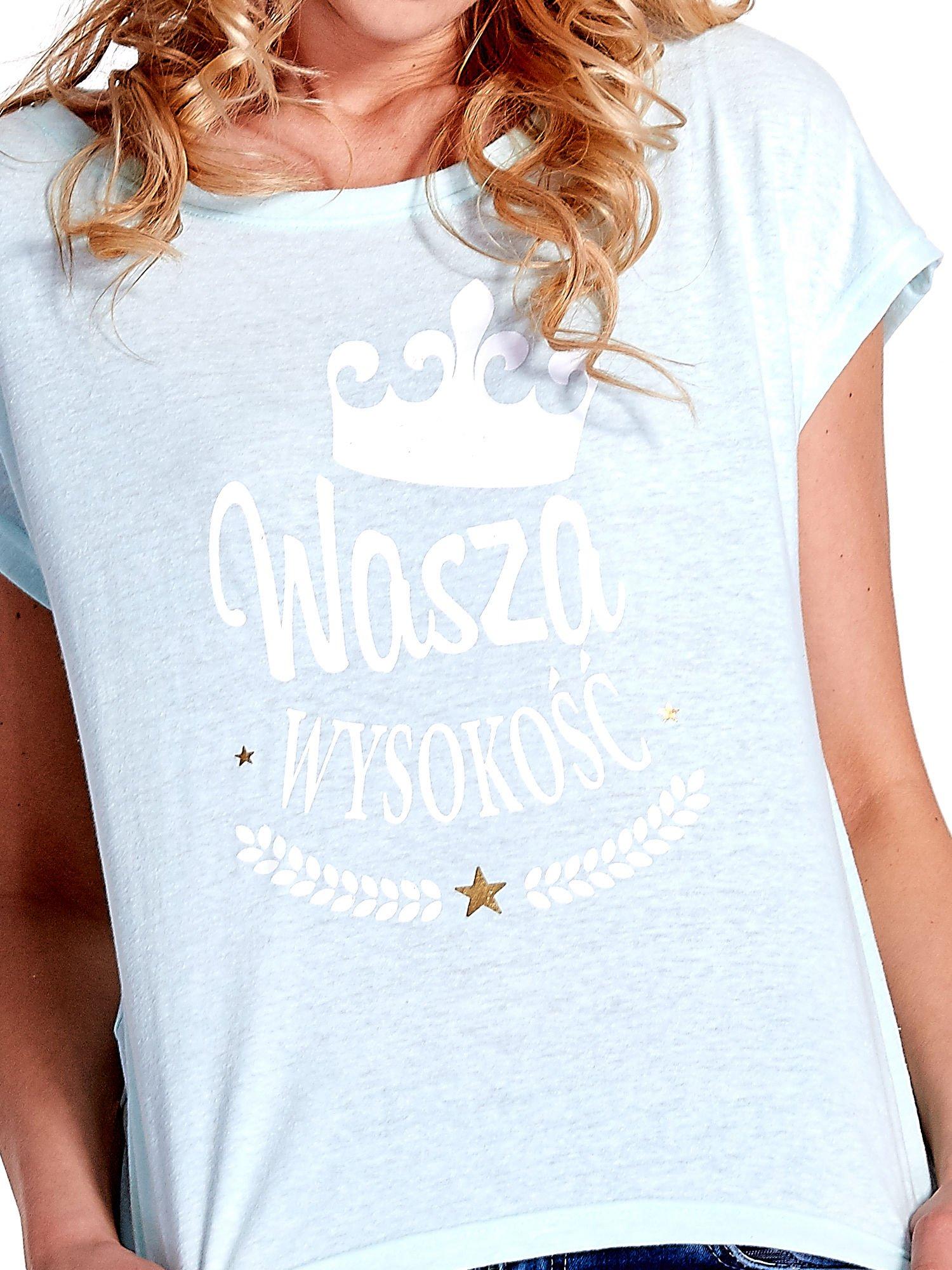 Jasnoturkusowy t-shirt z napisem WASZA WYSOKOŚĆ                                  zdj.                                  5