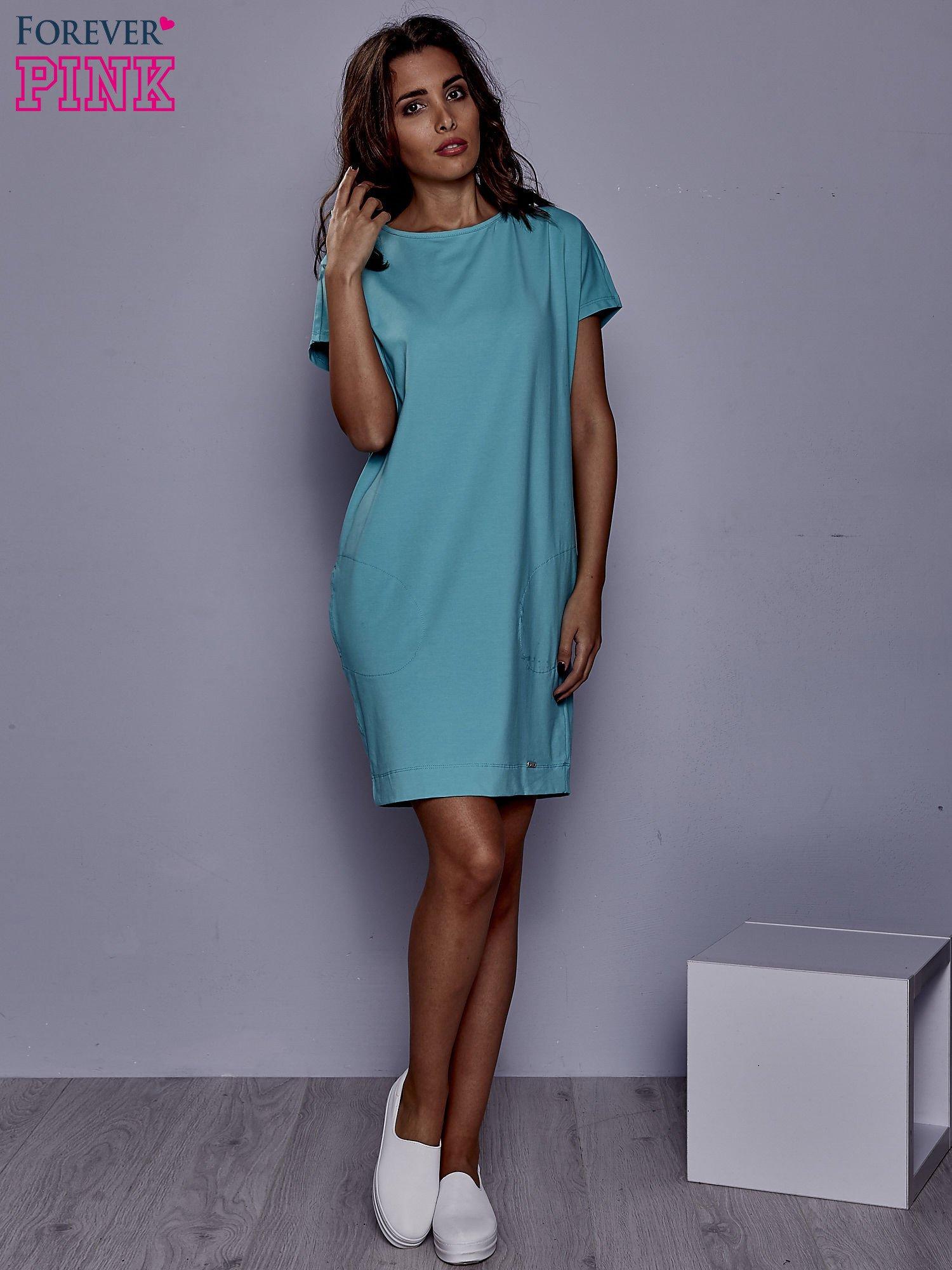 Jasnozielona sukienka dresowa z kieszeniami po bokach                                  zdj.                                  2