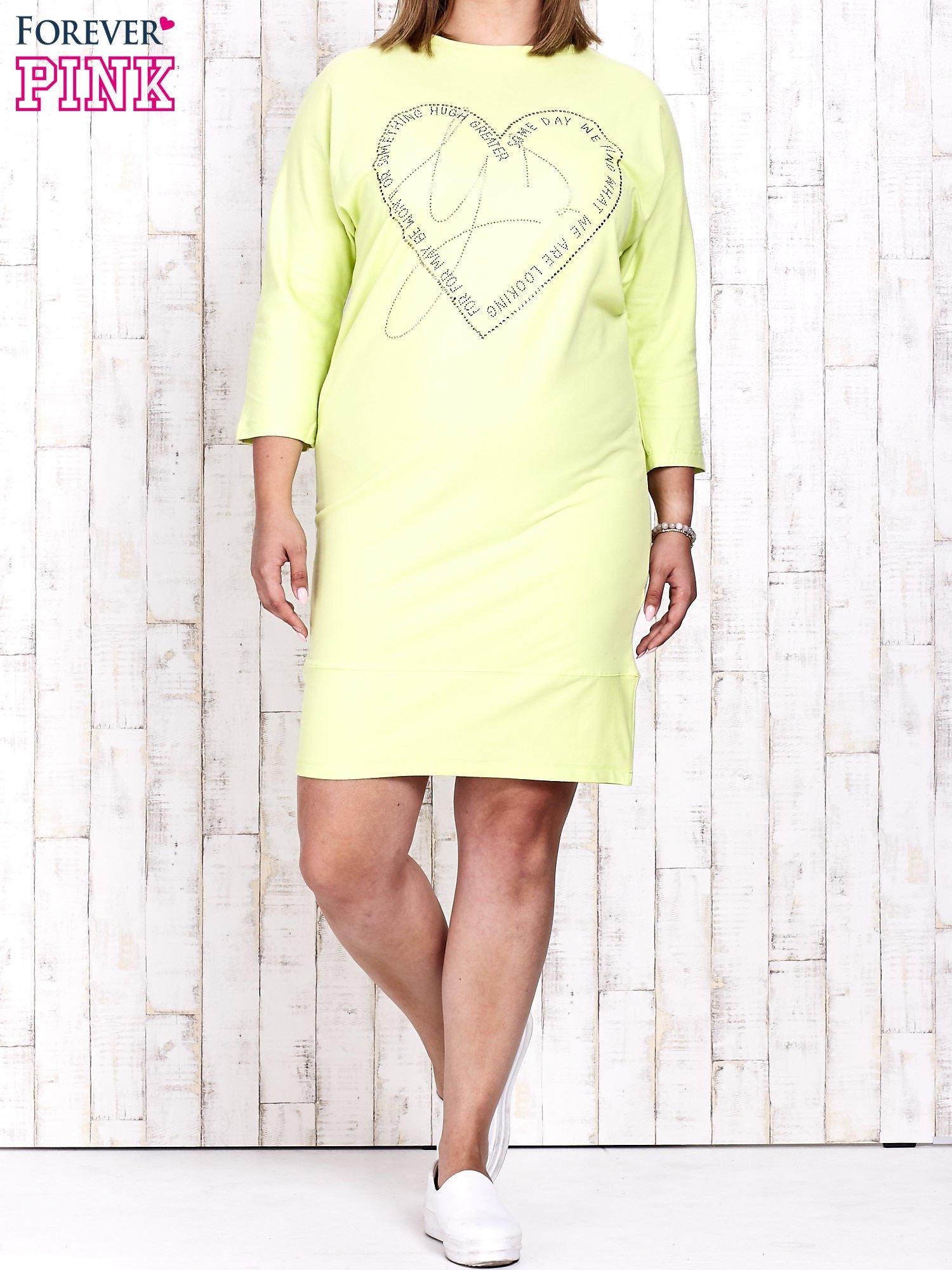 Jasnozielona sukienka dresowa z sercem z dżetów PLUS SIZE                                  zdj.                                  2
