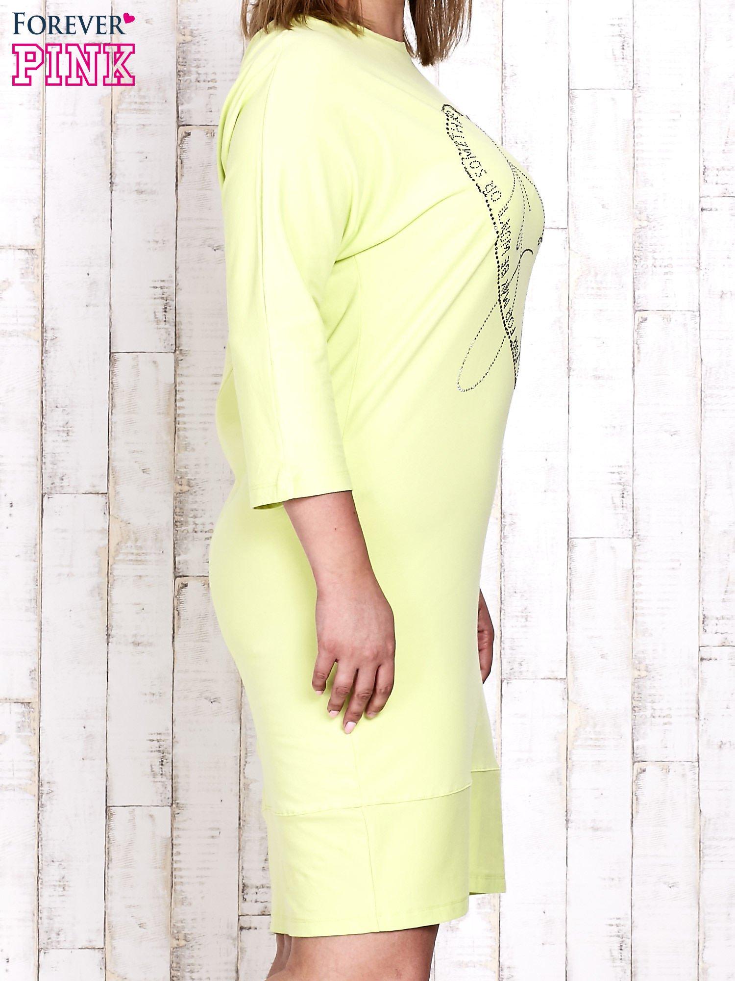 Jasnozielona sukienka dresowa z sercem z dżetów PLUS SIZE                                  zdj.                                  3