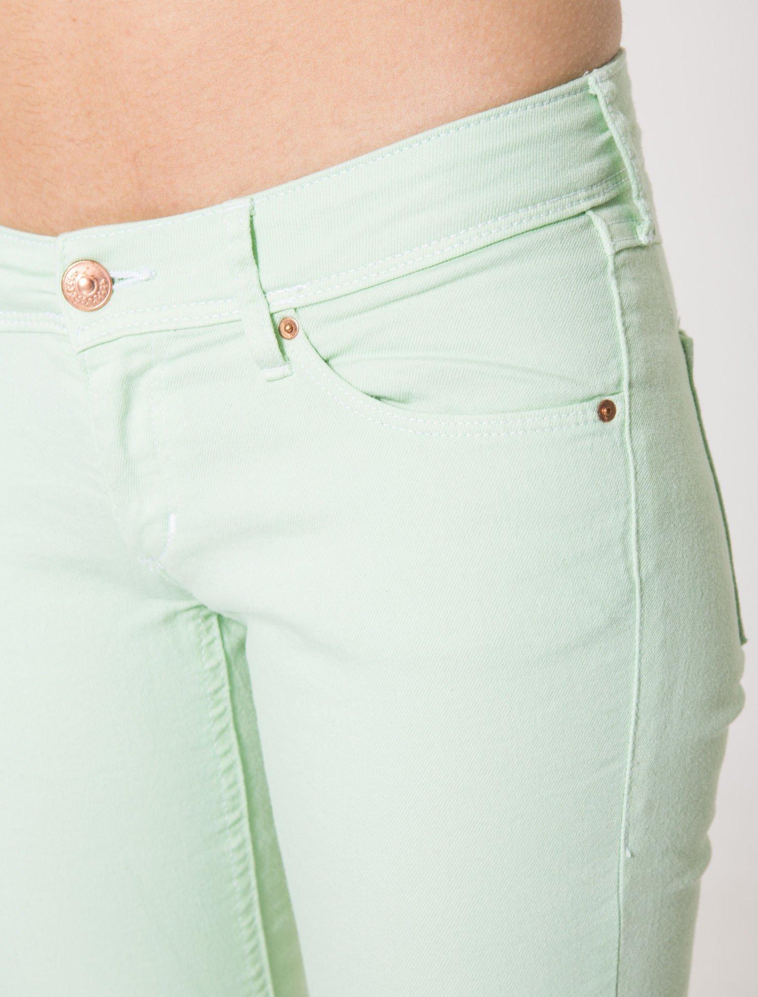 Jasnozielone spodnie jeansowe typu rurki                                  zdj.                                  7