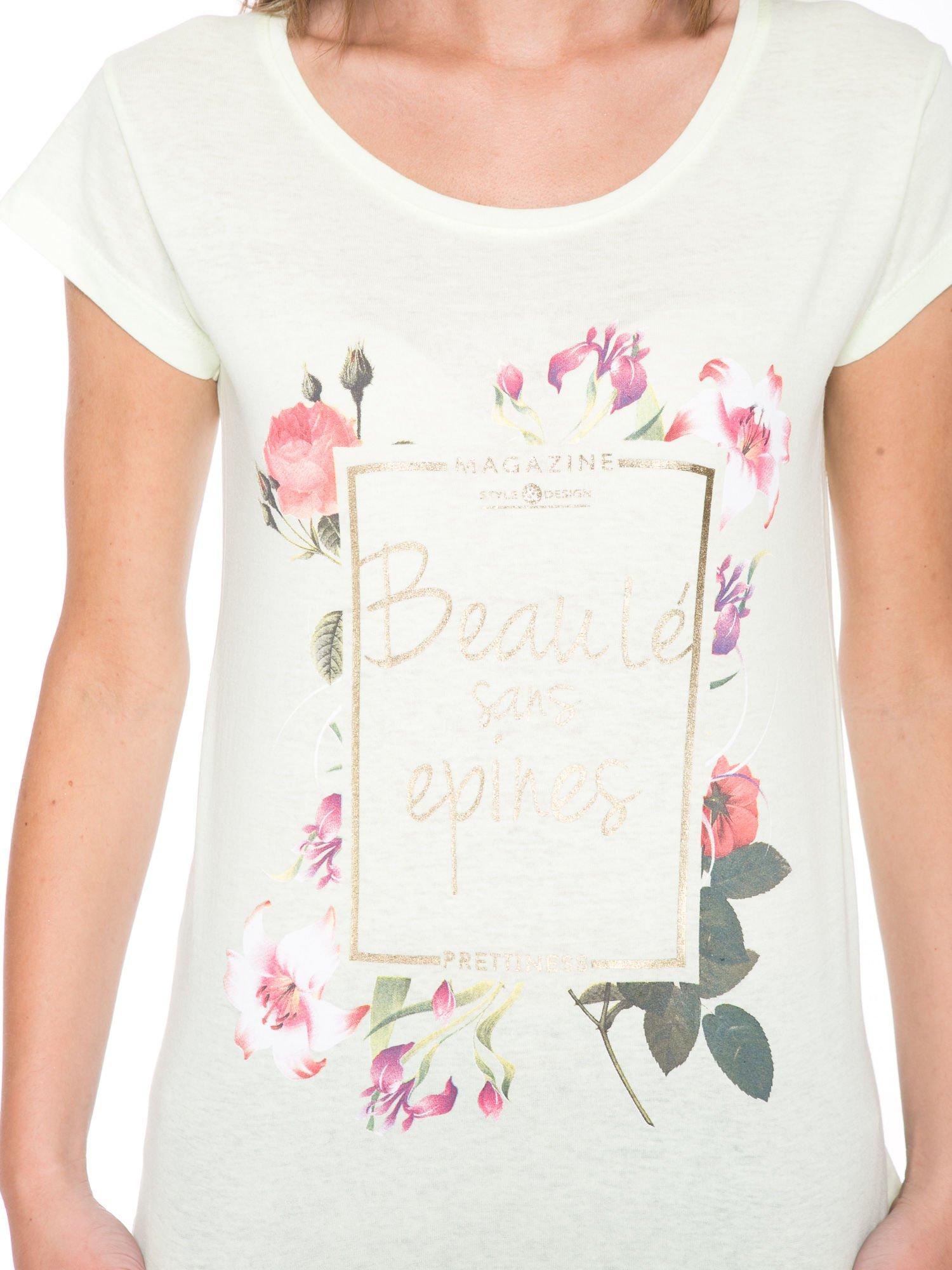 Jasnozielony t-shirt z kwiatowym nadrukiem i złotym napisem                                  zdj.                                  6