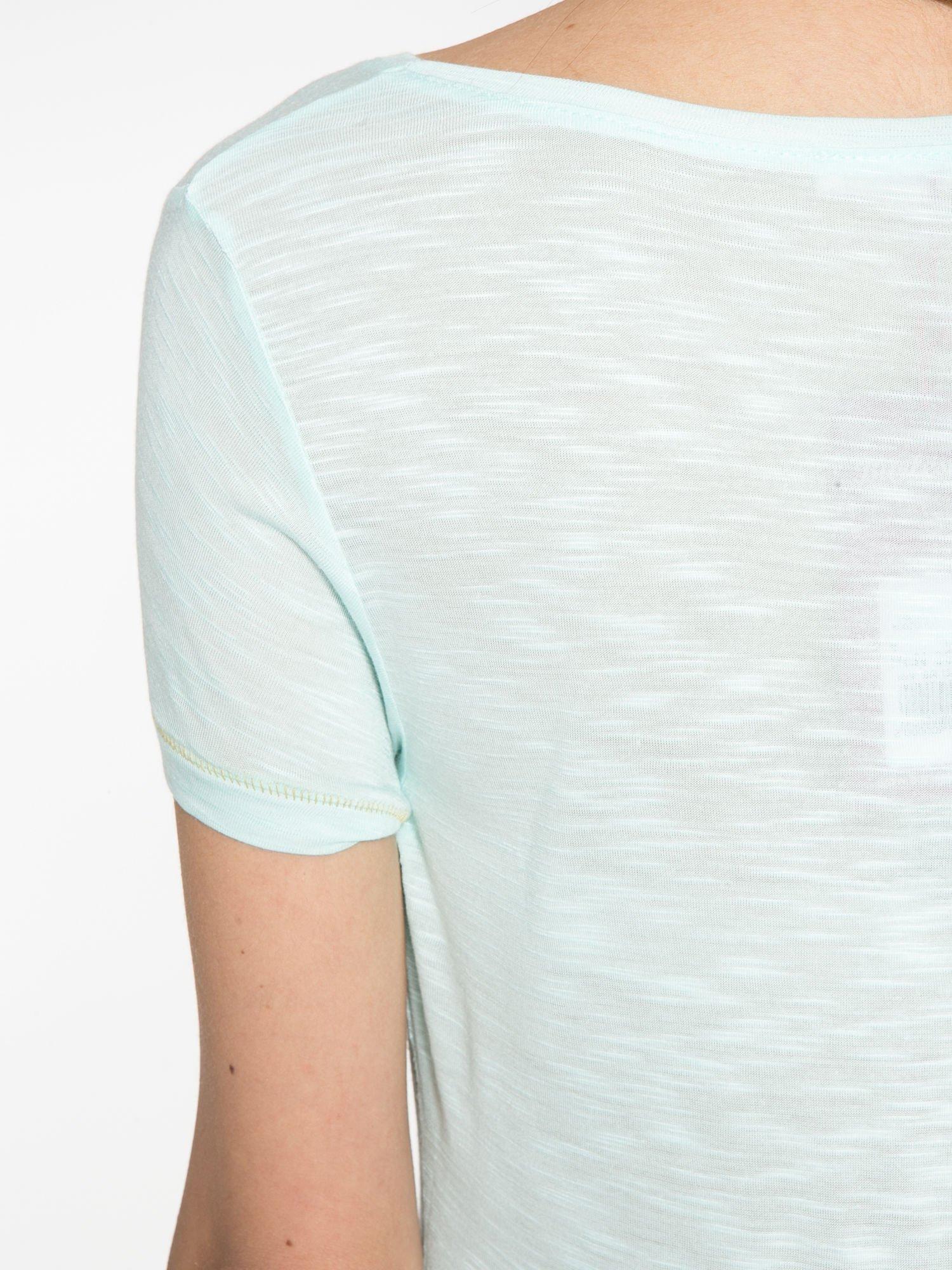 Jasnozielony t-shirt ze złotym hasztagiem                                  zdj.                                  10