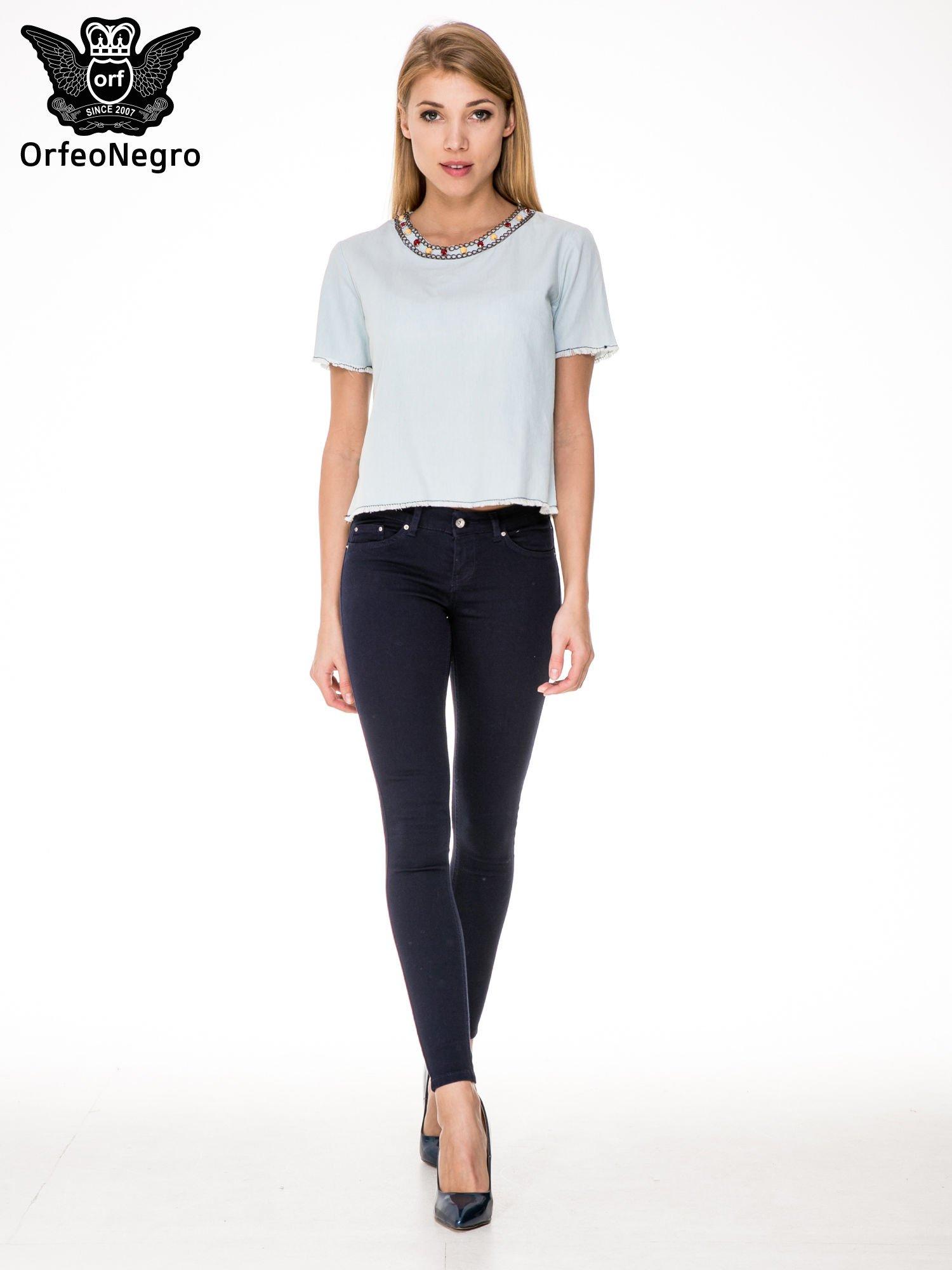 Jeansowa bluzka koszulowa z bizuteryjnym dekoltem                                  zdj.                                  2