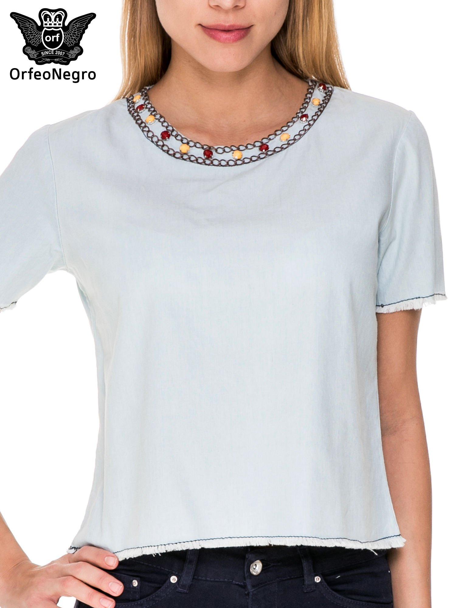 Jeansowa bluzka koszulowa z bizuteryjnym dekoltem                                  zdj.                                  5