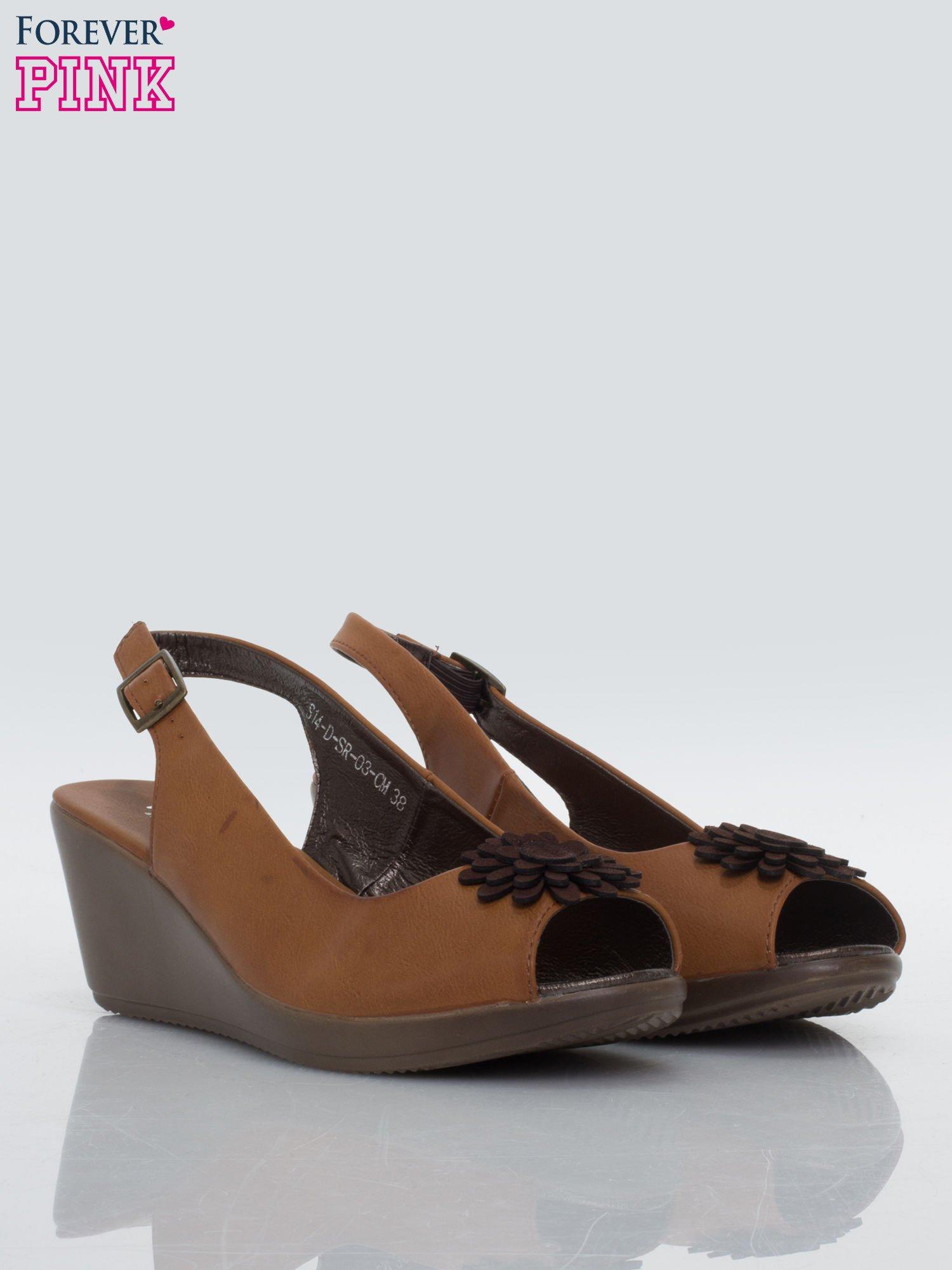 Karmelowe koturny faux leather open toe z odkrytą piętą i ozdobnym kwiatem                                  zdj.                                  2