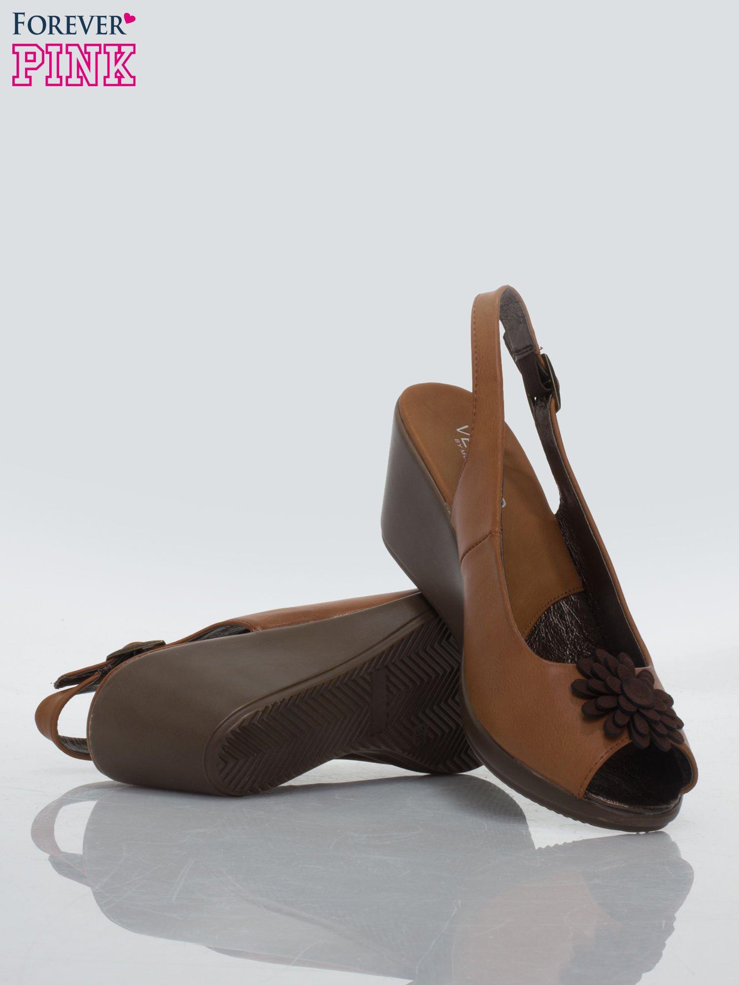 Karmelowe koturny faux leather open toe z odkrytą piętą i ozdobnym kwiatem                                  zdj.                                  4