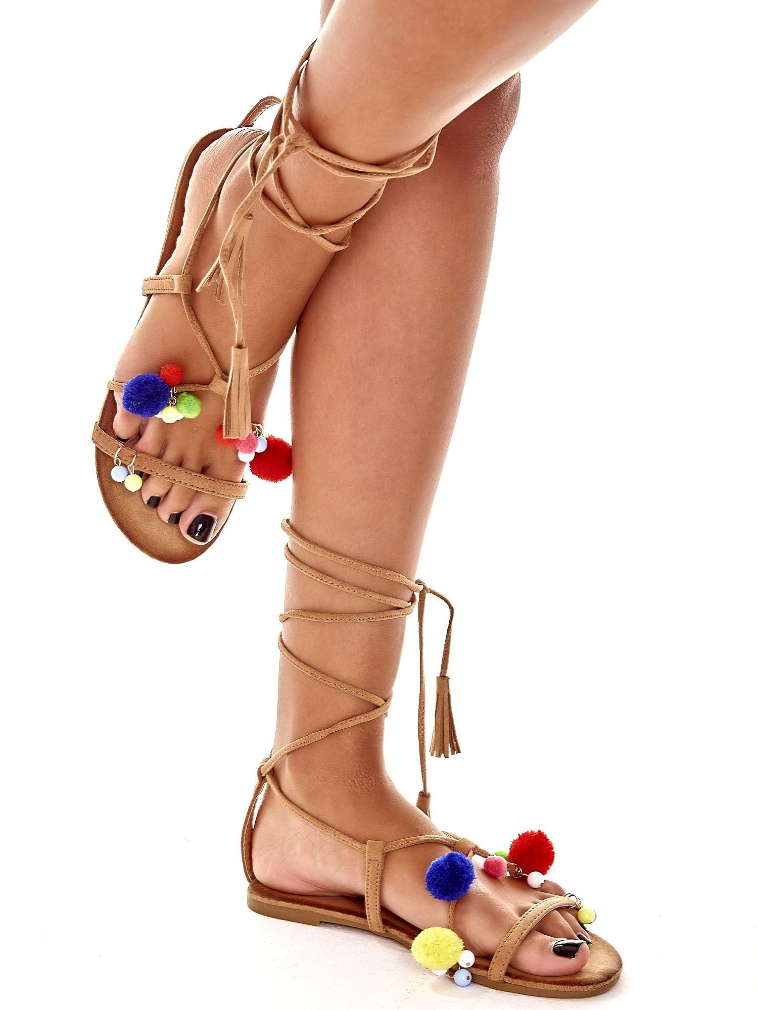 Karmelowe sandały damskie gladiatorki z pomponami                                  zdj.                                  3