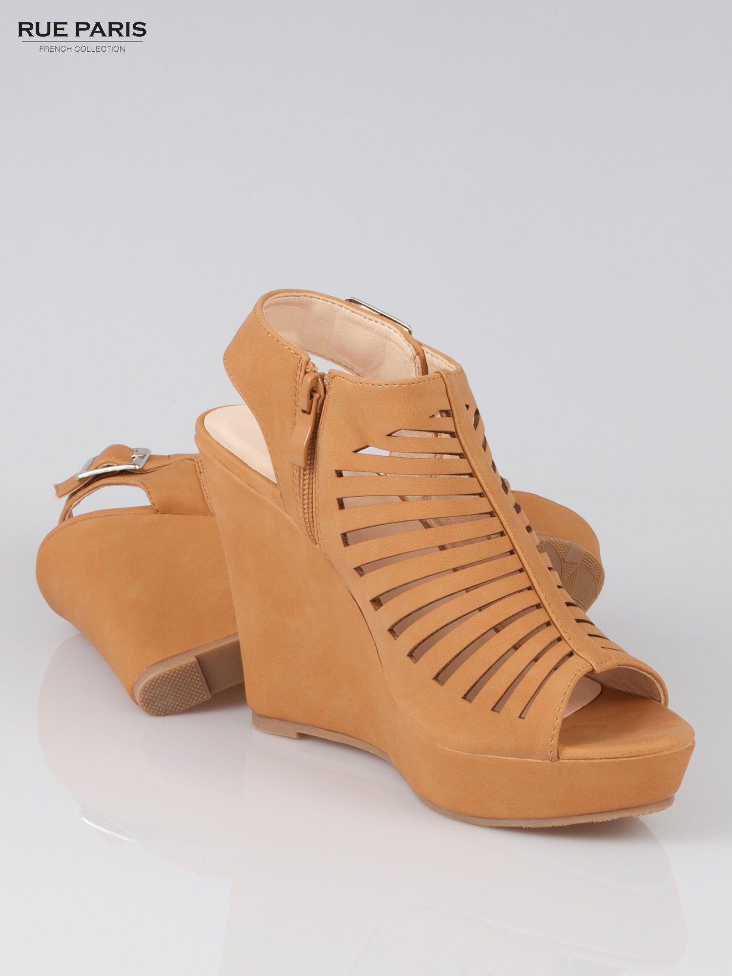Karmelowe zamszowe sandały na koturnie Noelle                                  zdj.                                  4