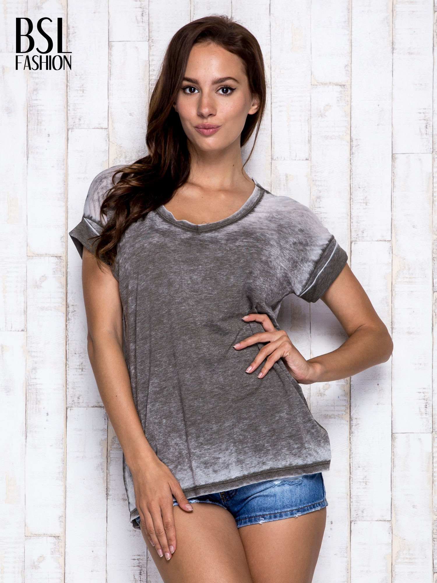 Khaki asymetryczny t-shirt z trójkątnym dekoltem                                  zdj.                                  3
