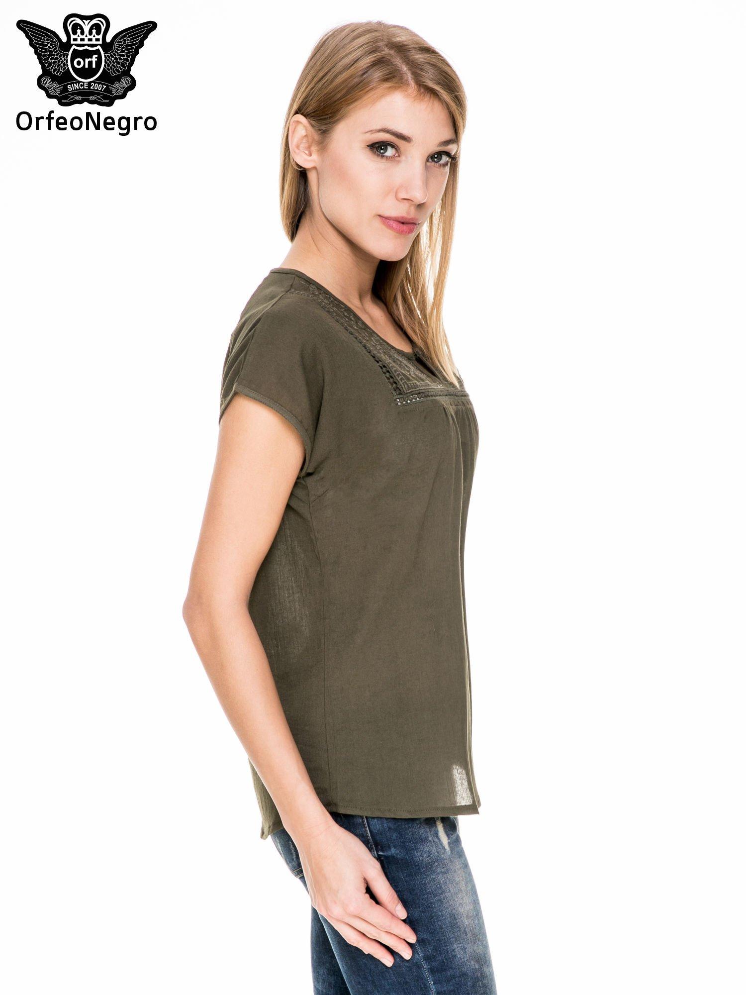 Khaki bluzka koszulowa z haftem i ażurowaniem przy dekolcie                                  zdj.                                  3