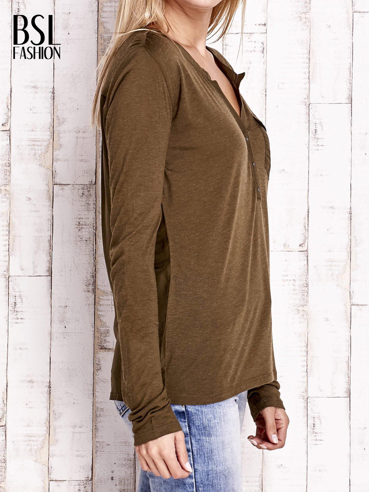 Khaki bluzka z atłasowym obszyciem przy dekolcie i kieszonką                                  zdj.                                  3
