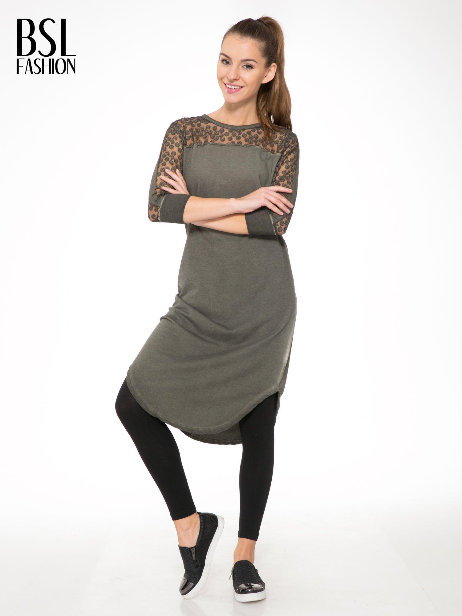 Khaki dresowa sukienka z koronkowym karczkiem                                  zdj.                                  2