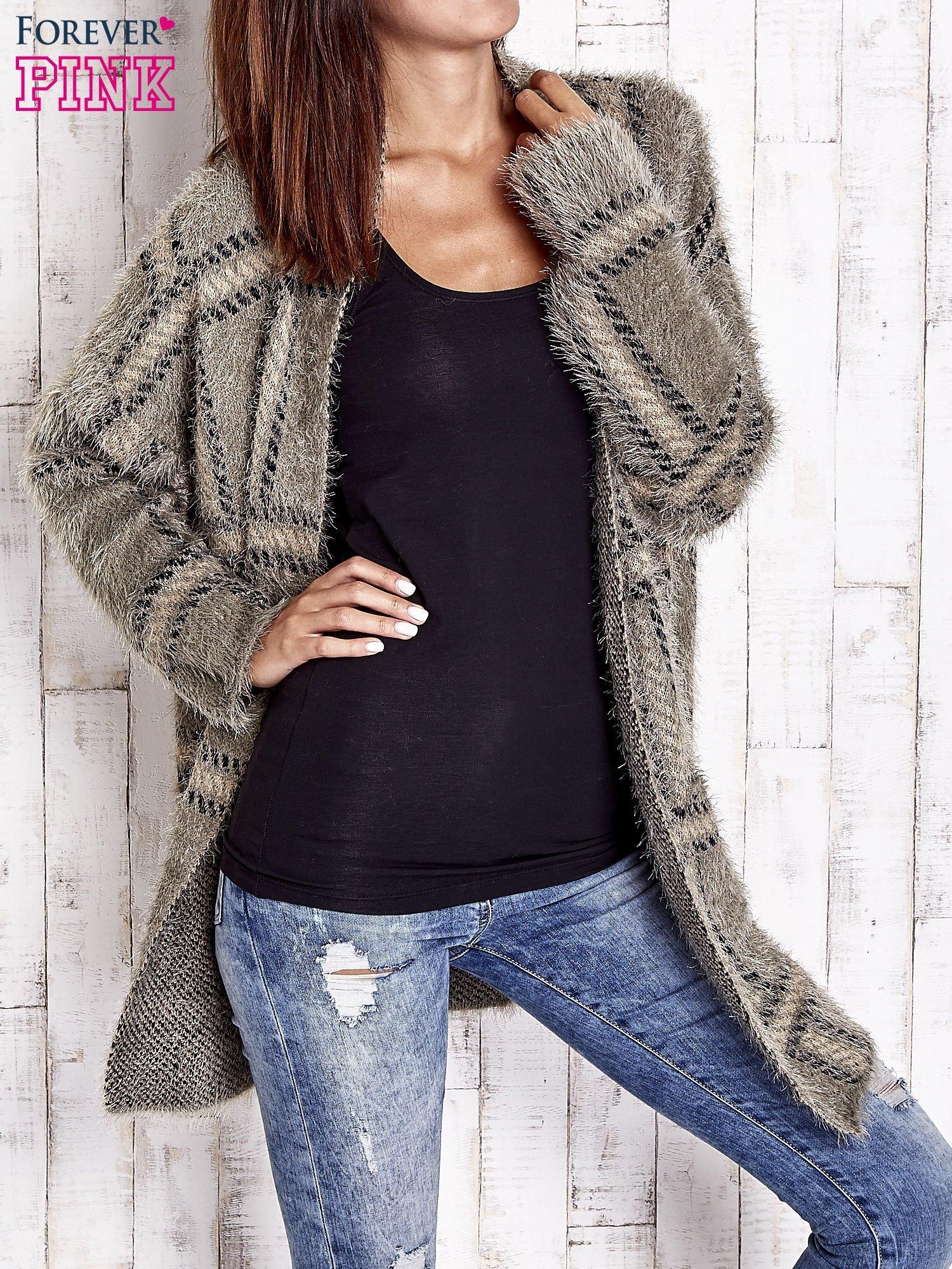 Khaki sweter w kratę z kieszeniami                                  zdj.                                  1